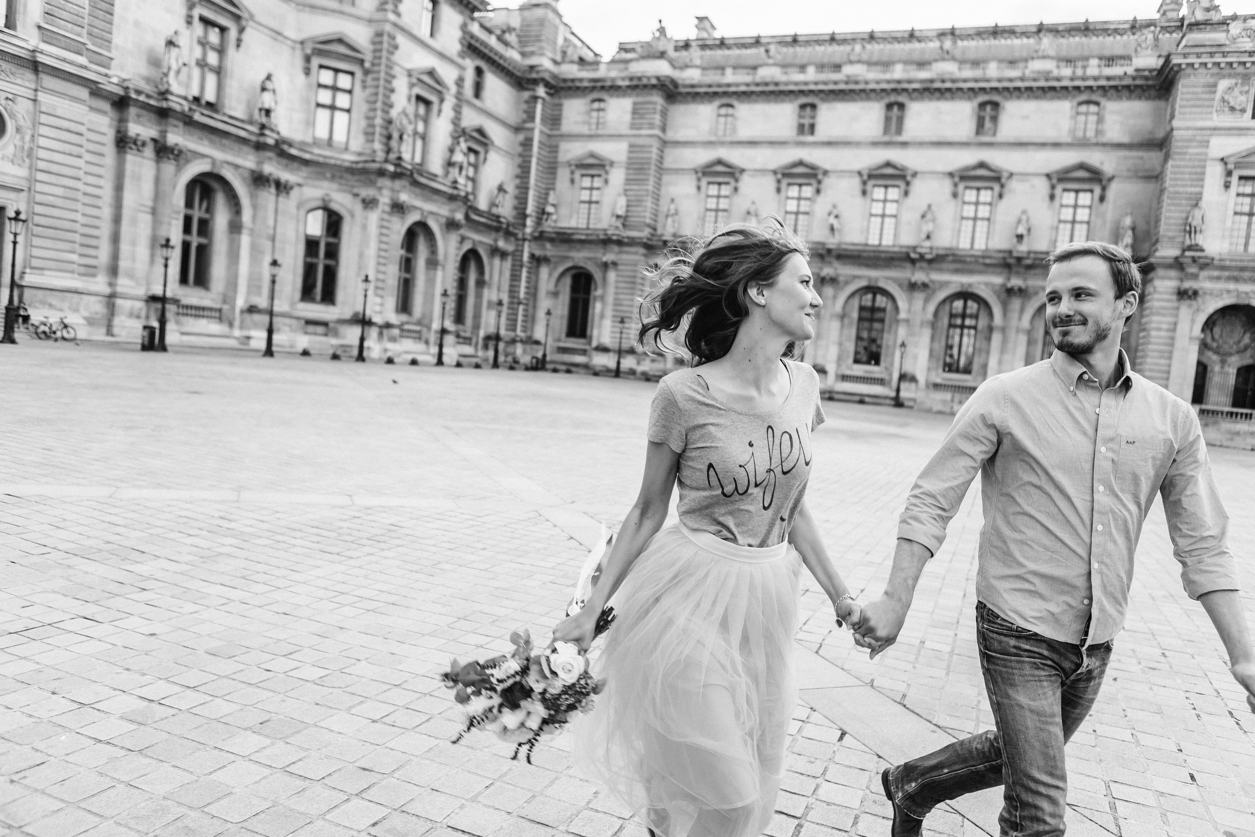 paris photographer federico guendel couple romantic honeymoon portrait session at the courtyard of louvre museum