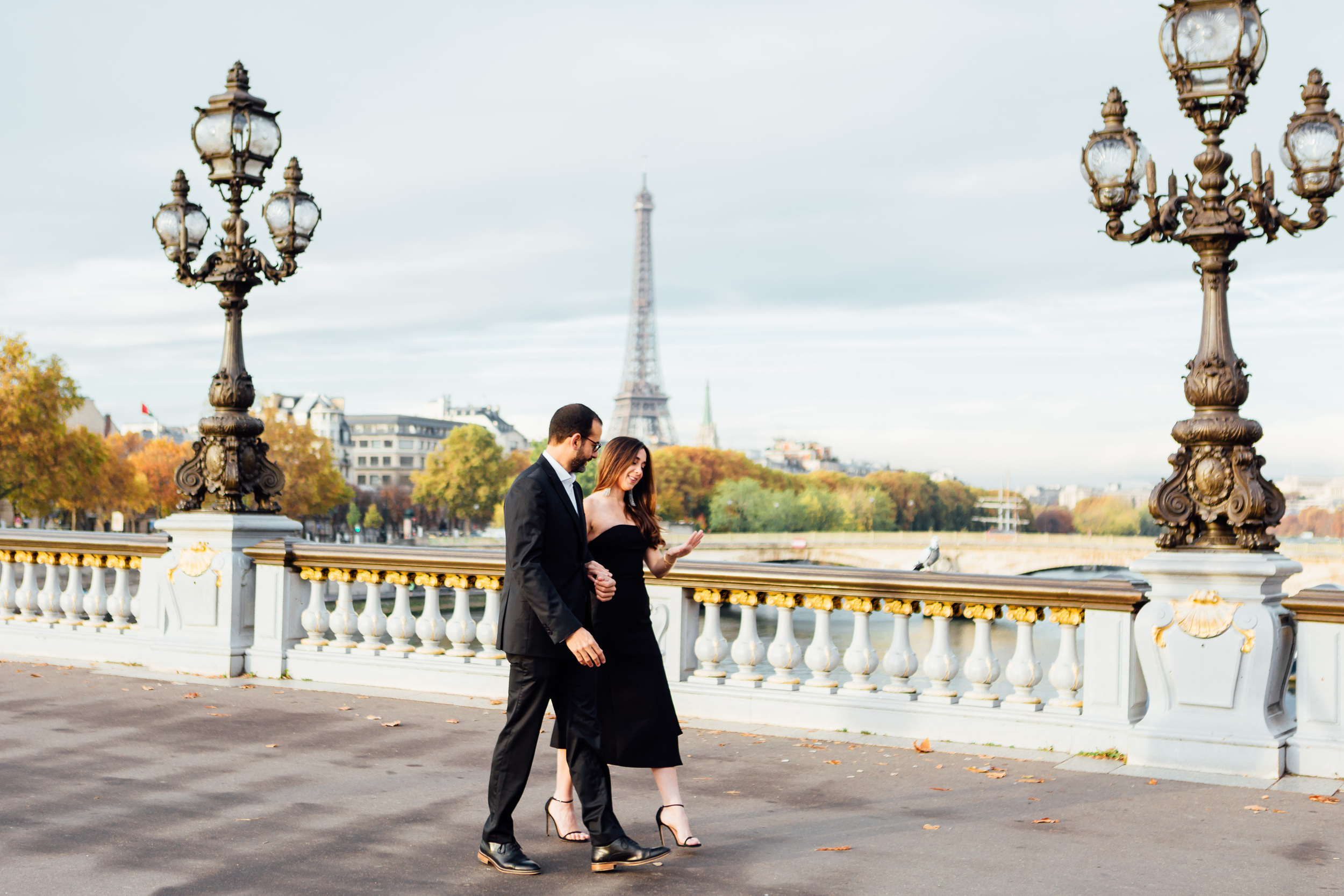 engagement couple portrait on alexandre III bridge with the view of eiffel tower by paris photographer federico guendel