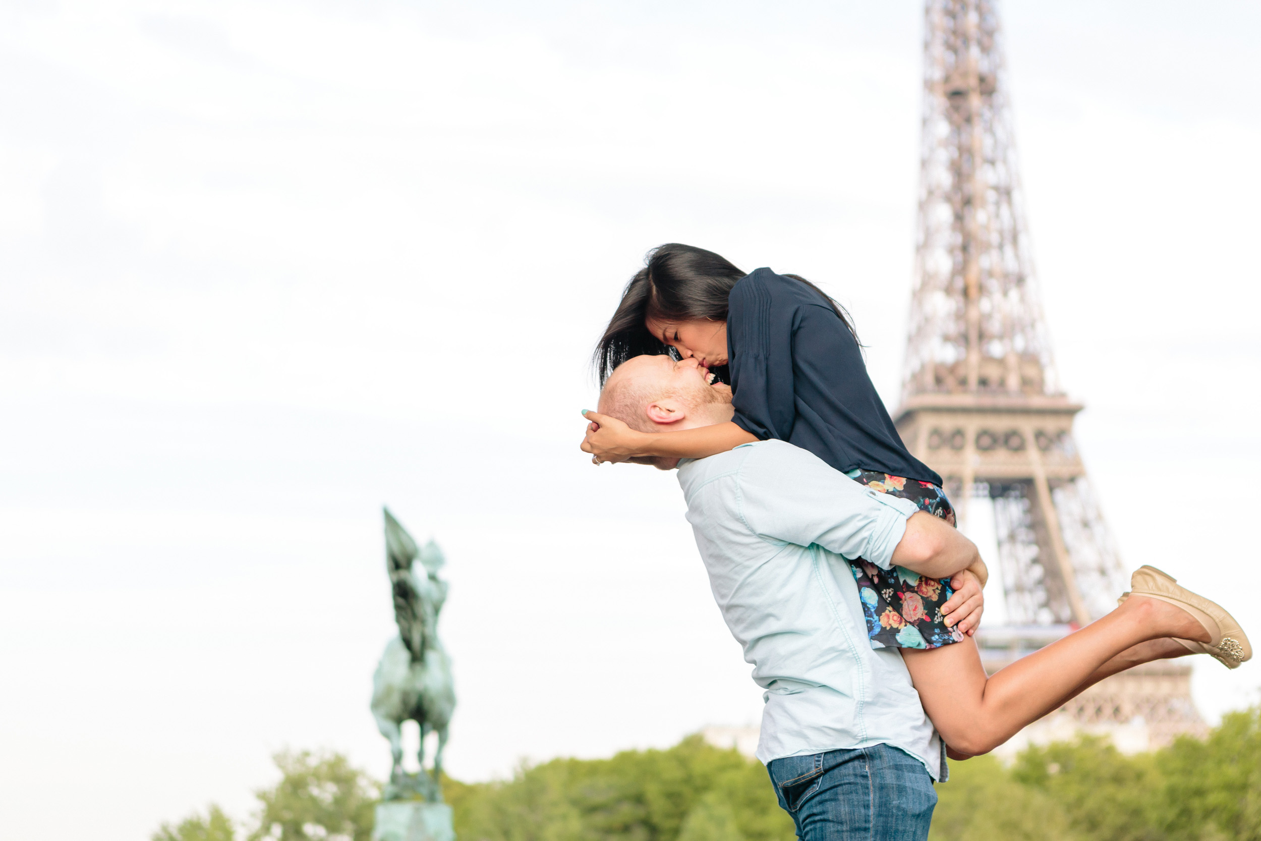 paris photographer surprise proposal eiffel tower bir hakeim