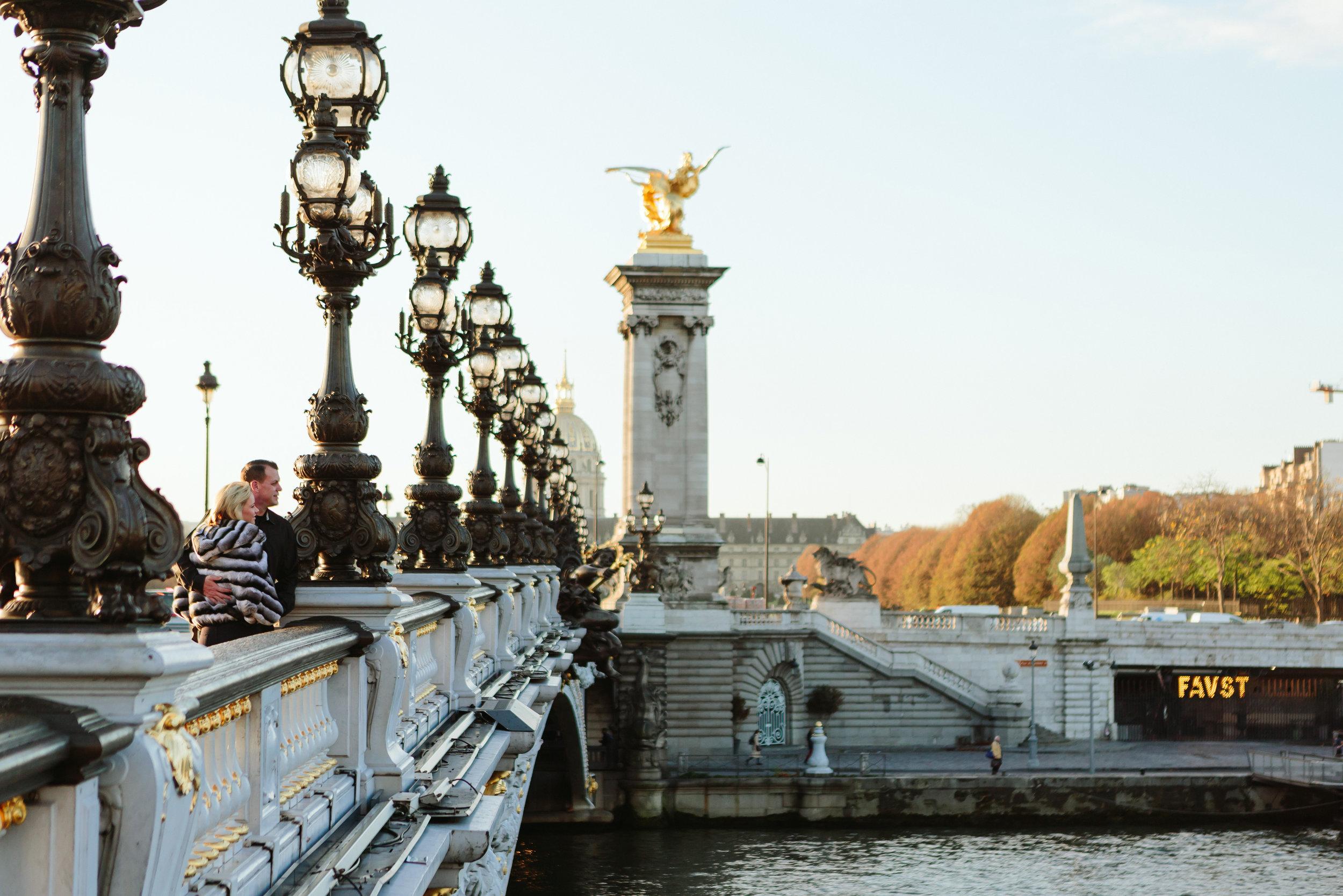 paris photographer federico guendel engagement couple portrait on alexandre III bridge