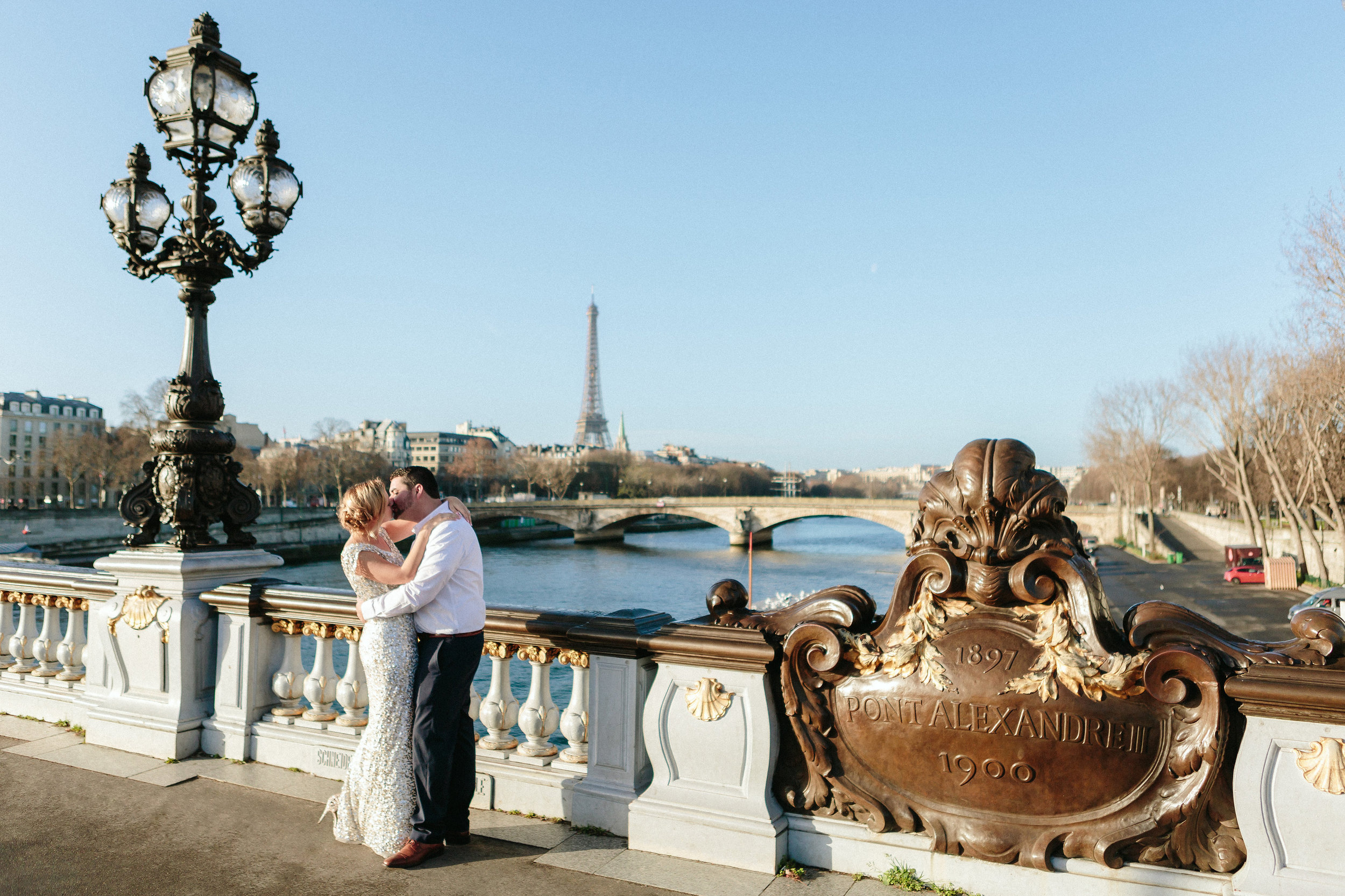 couple kissing on alexandre III bridge with the view of eiffel tower by paris photographer federico guendel
