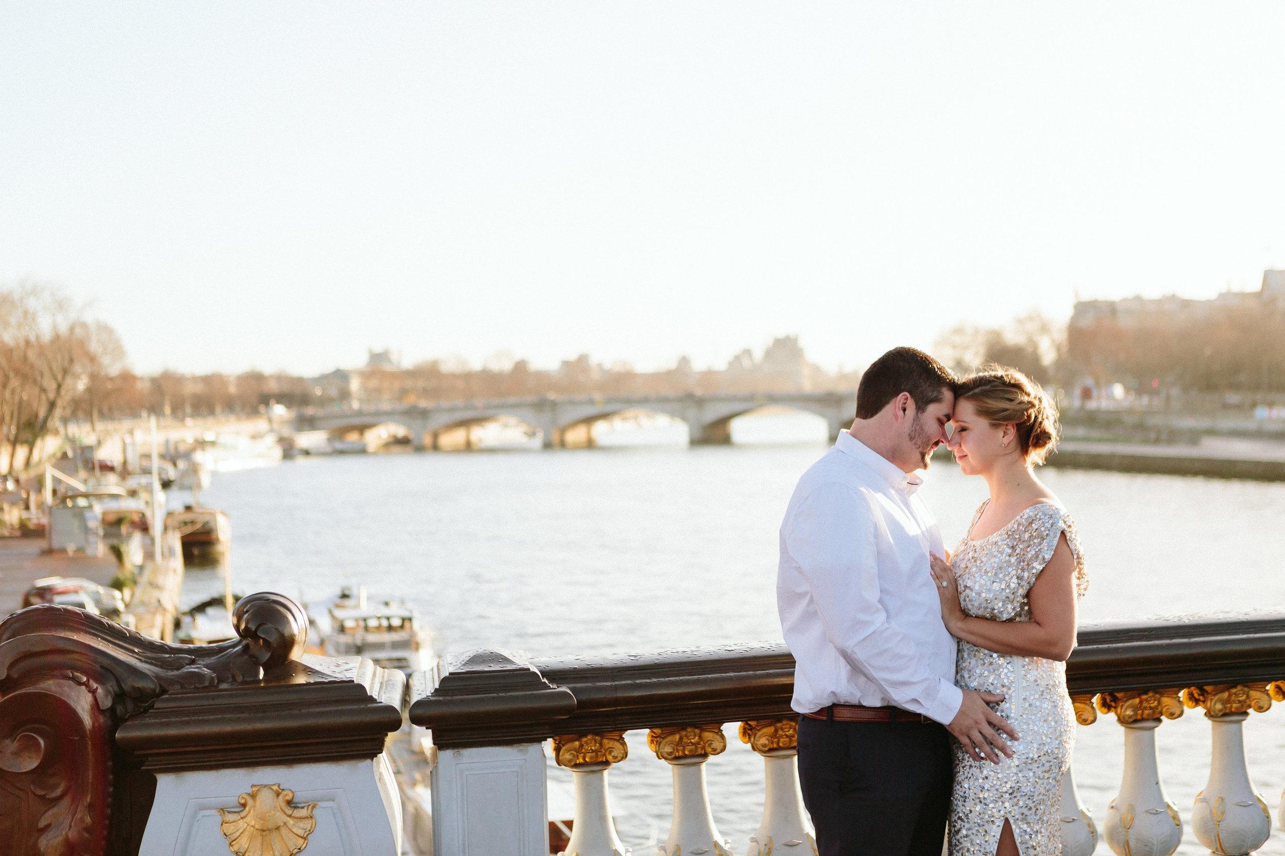 paris photographer federico guendel romantic couple portrait on alexandre III bridge