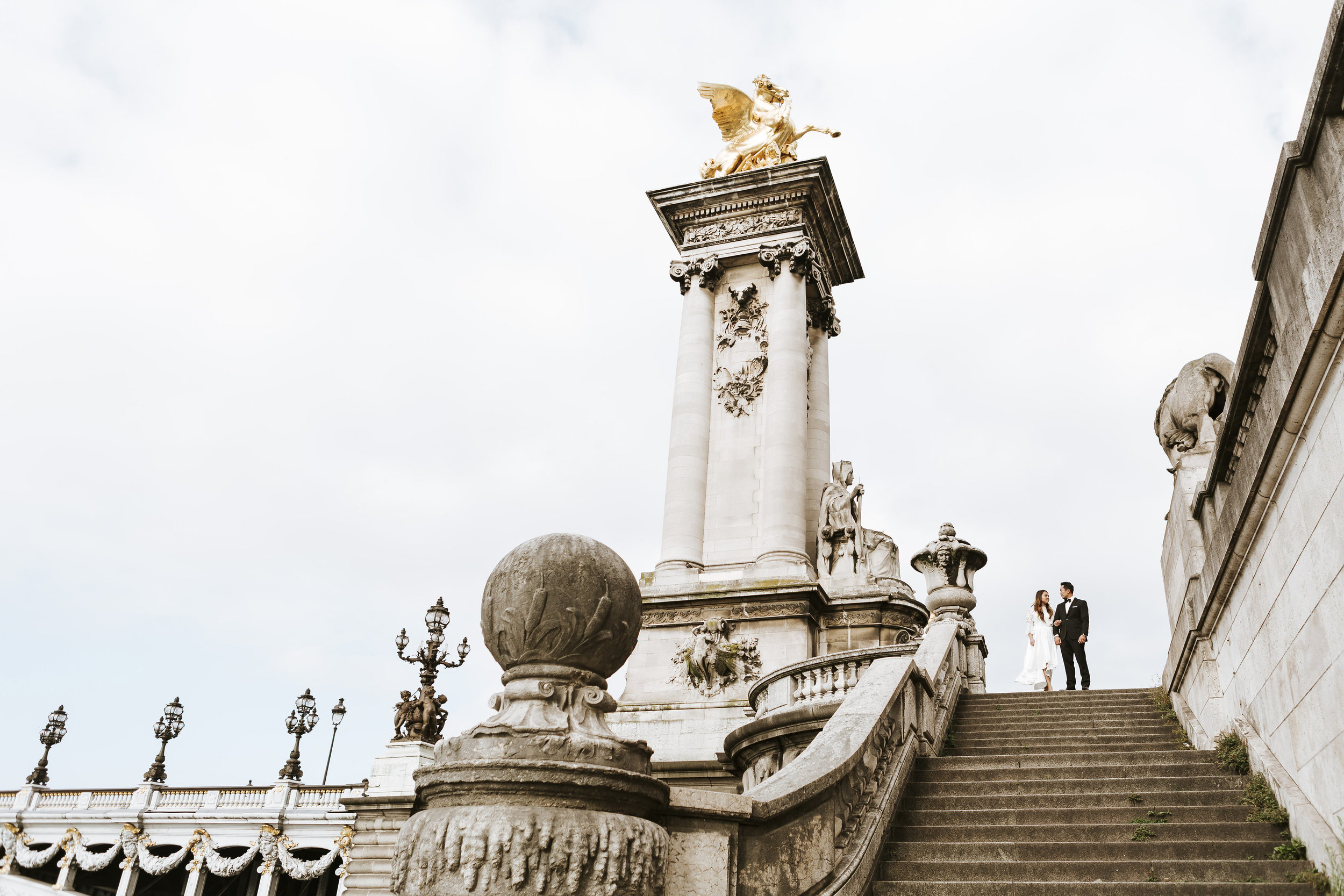 paris photographer federico guendel wedding session portrait on alexandre III bridge