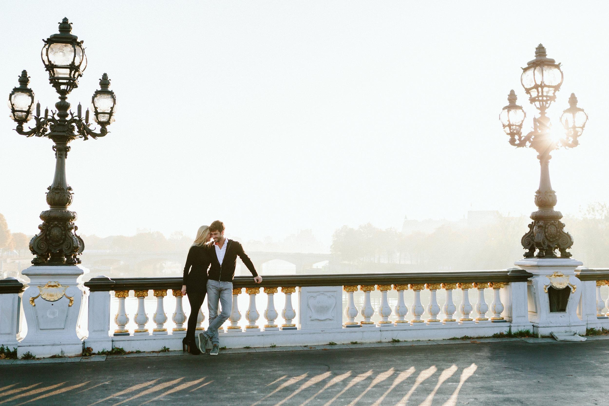 romantic couple portrait on alexandre III bridge by paris photographer federico guendel