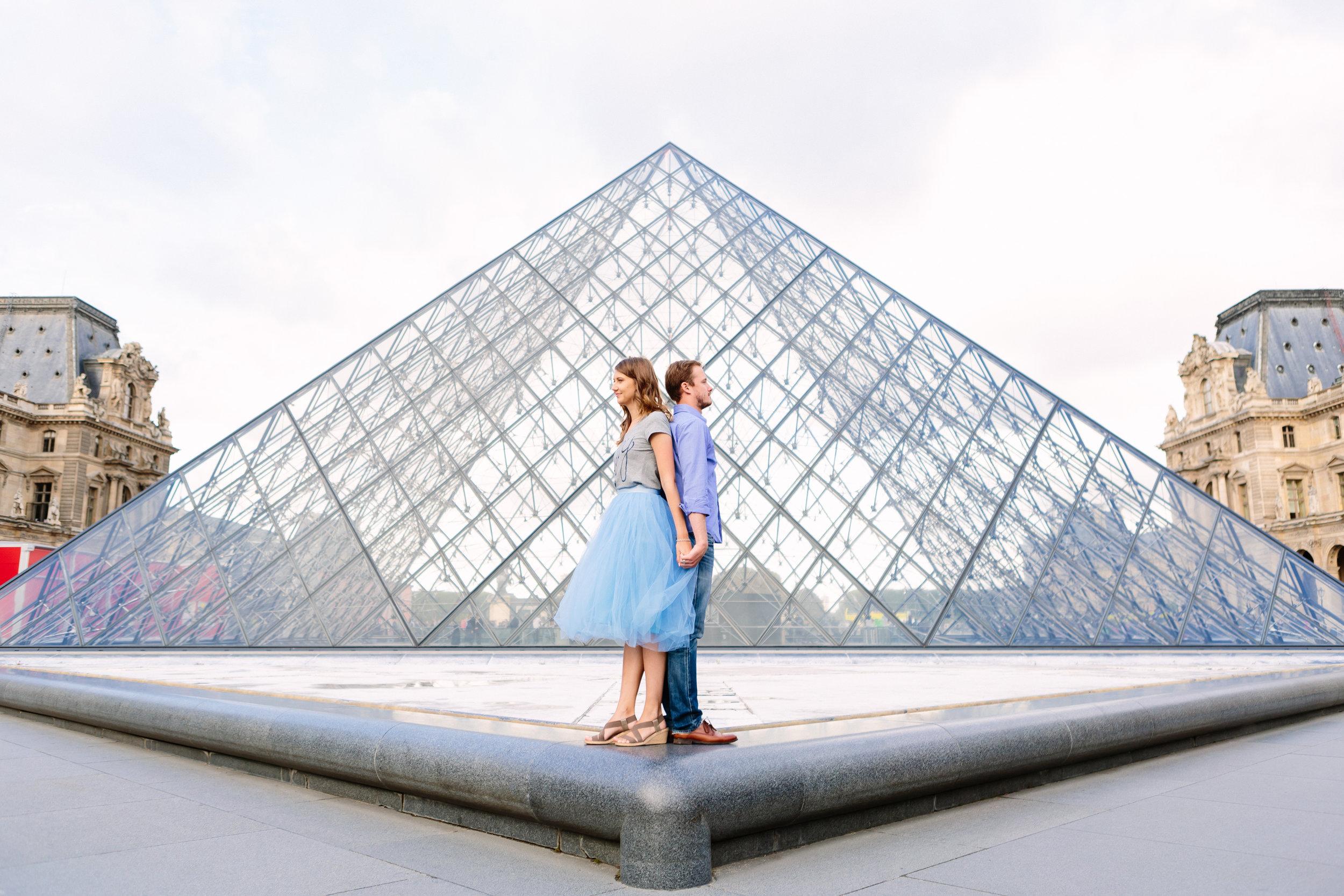 paris photographer federico guendel honeymoon couple romantic portrait session at the pyramid of louvre museum
