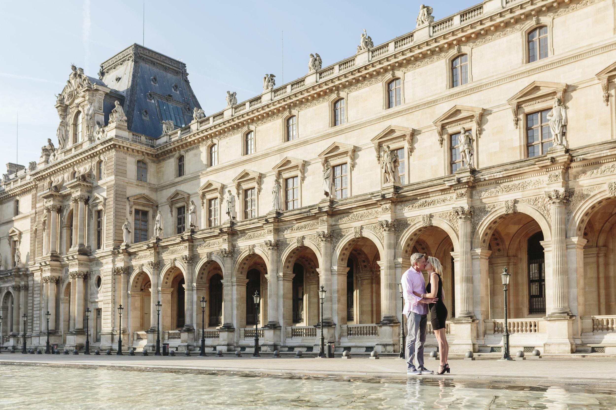 paris photographer federico guendel couple romantic portrait session at the courtyard of louvre museum