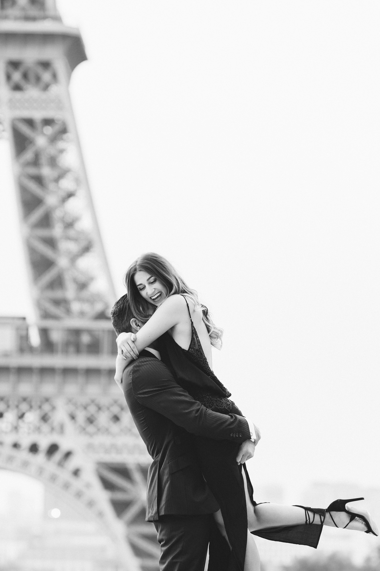 photographer in paris travel love story eiffel tower trocadero