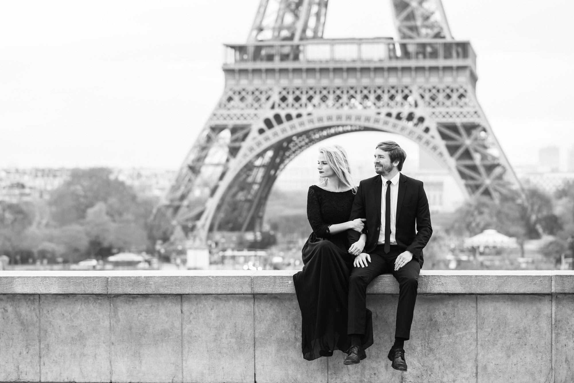 Black and white couple engagement portrait at Trocadero with the view of the Eiffel Tower captured by Paris Photographer Federico Guendel