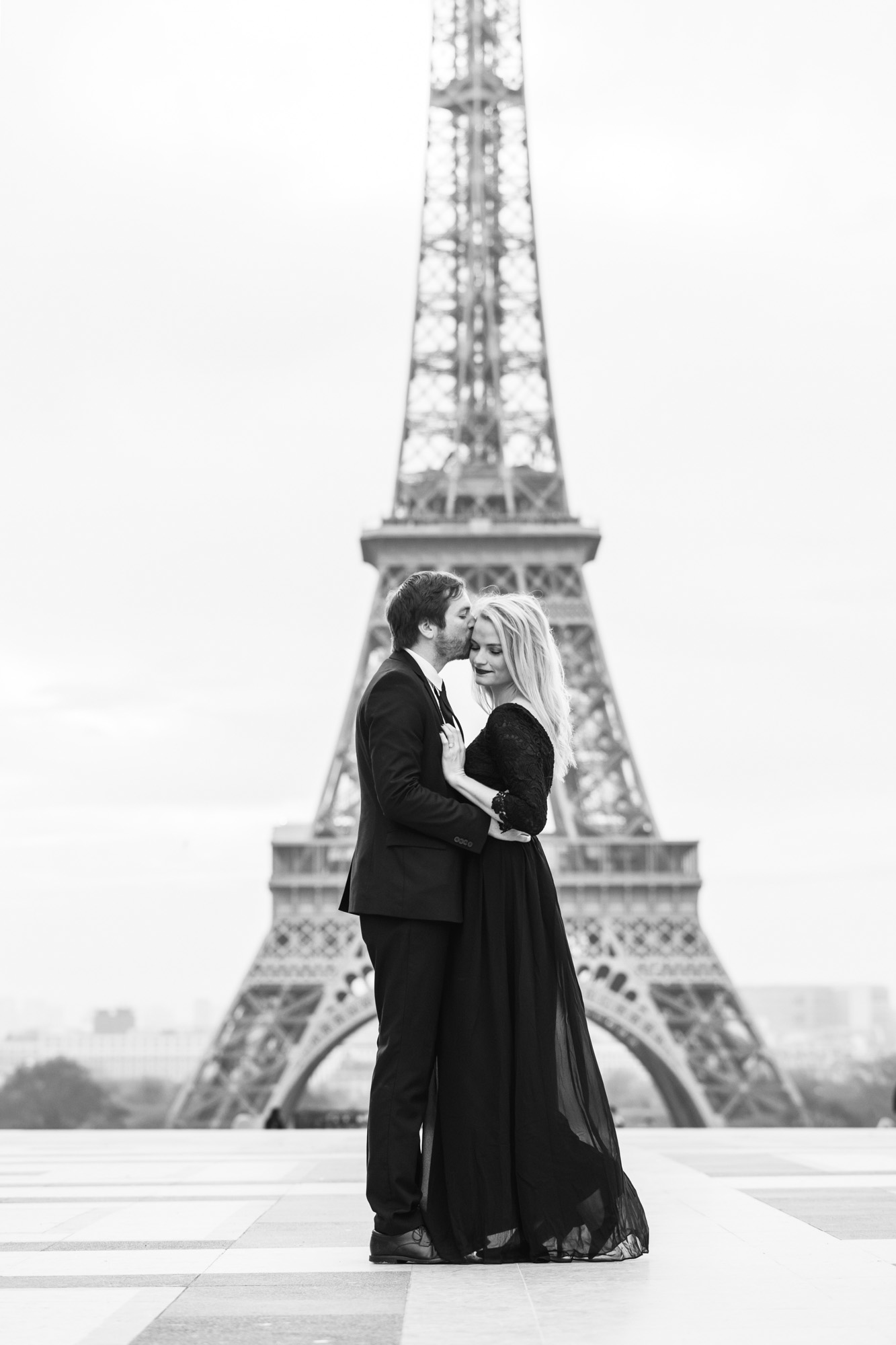 Paris engagement black and white photograph couple portrait at Trocadero with the view of the Eiffel Tower captured by Paris Photographer Federico Guendel