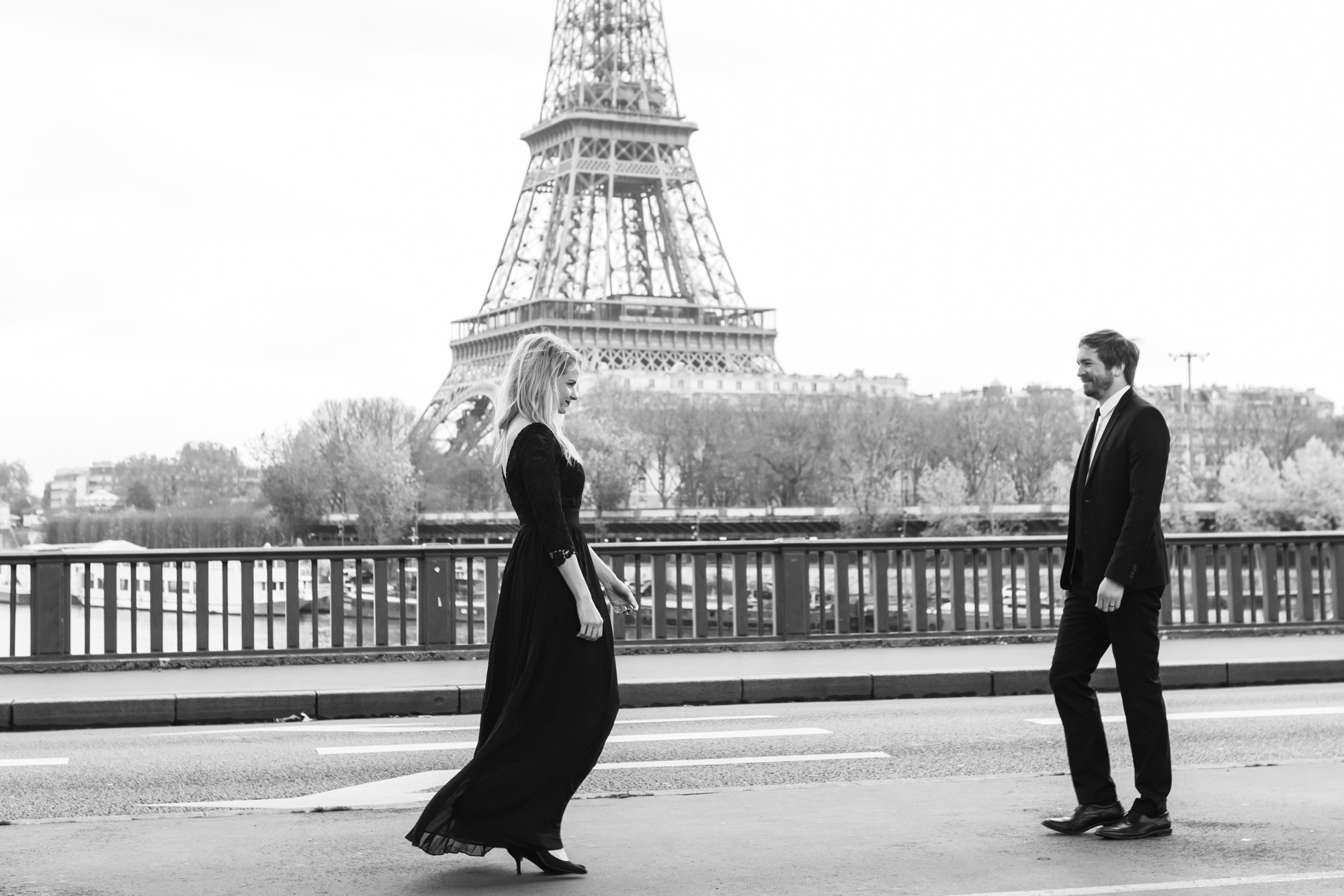 Paris Photographer Federico Guendel captured couple engagement portrait in black and white by the Eiffel Tower at Pont Bir Hakeim