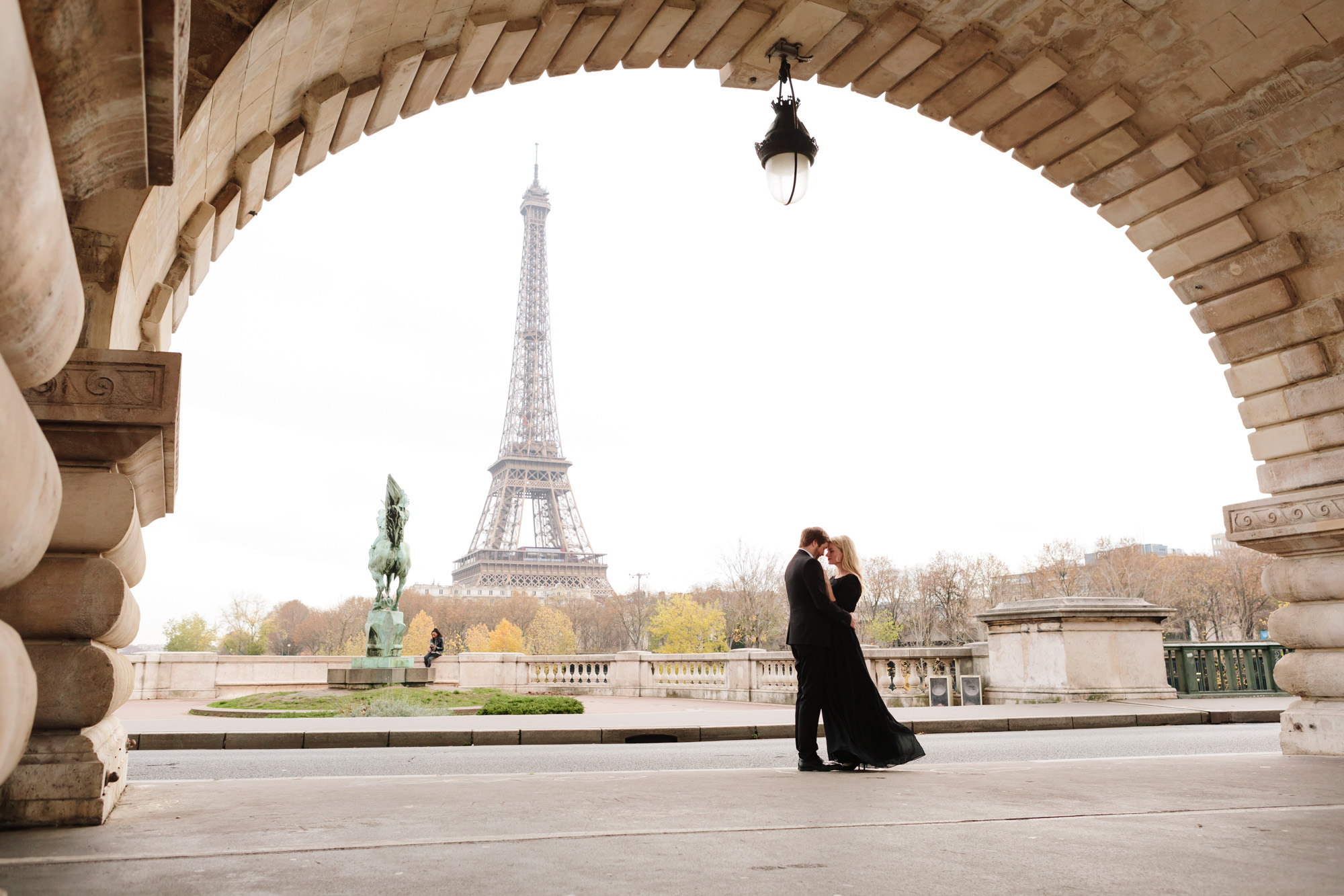 Paris Photographer Federico Guendel captured couple engagement session with the view of the Eiffel Tower at Bir Hakeim Bridge