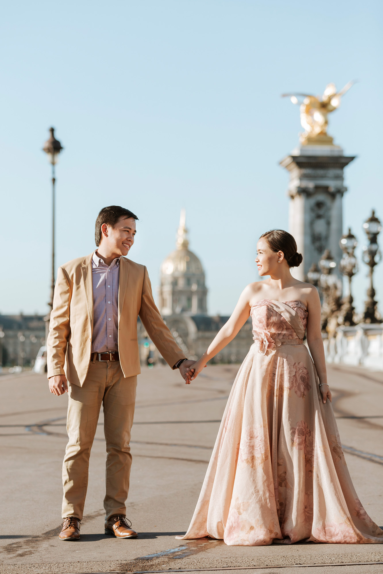 Pre-wedding couple portrait at Alexandre III bridge captured by Paris Photographer Federico Guendel