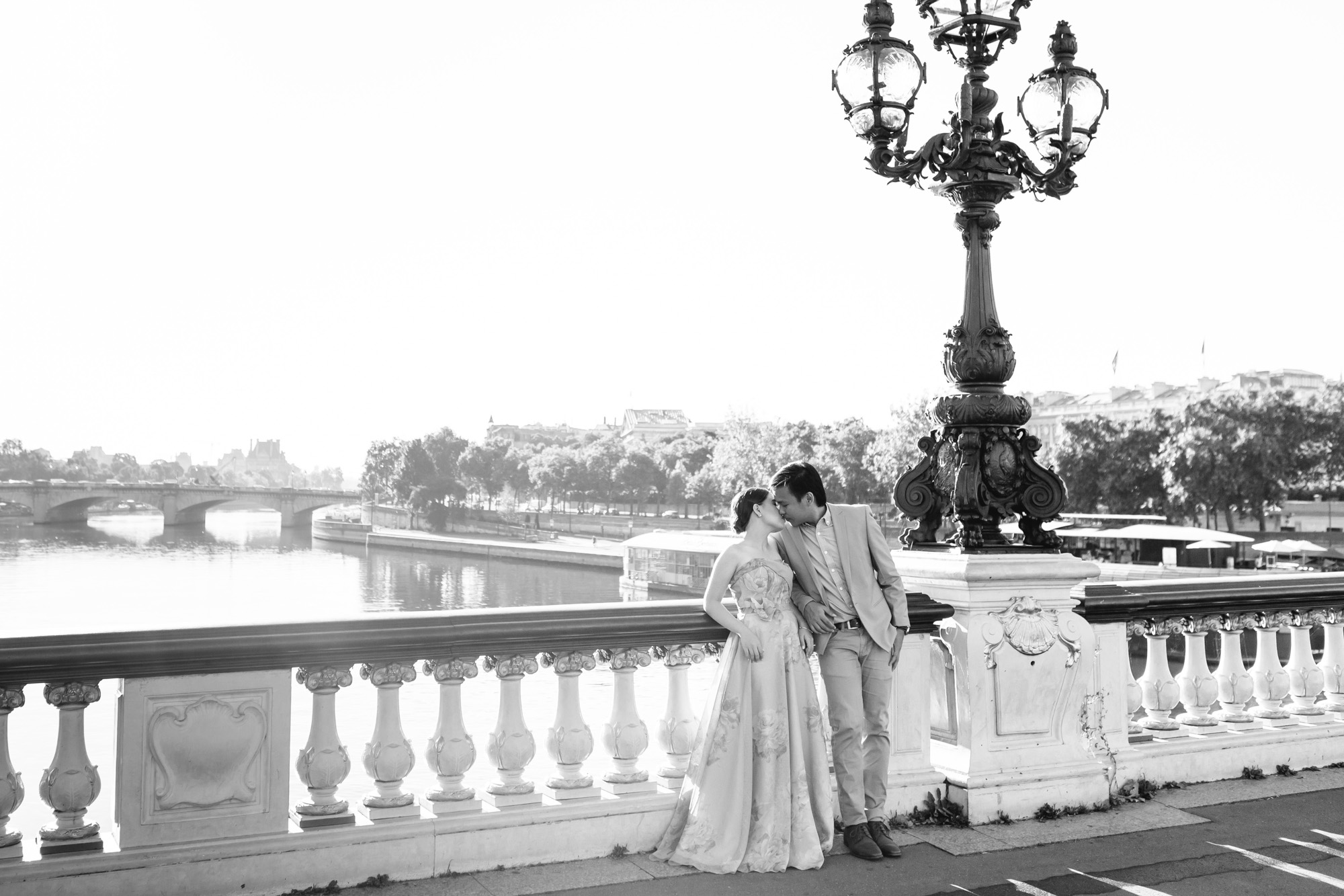 Pre-wedding black and white couple portrait photo session at Alexandre III bridge captured by Paris Photographer Federico Guendel