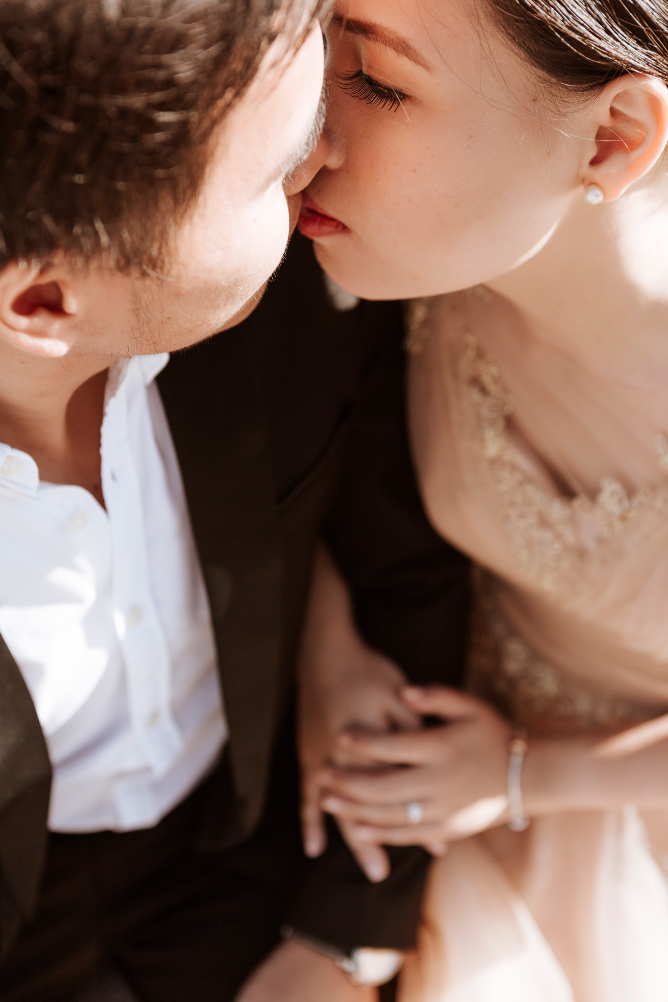 Pre-wedding couple portrait close up kissing and holding hands captured by Paris Photographer Federico Guendel