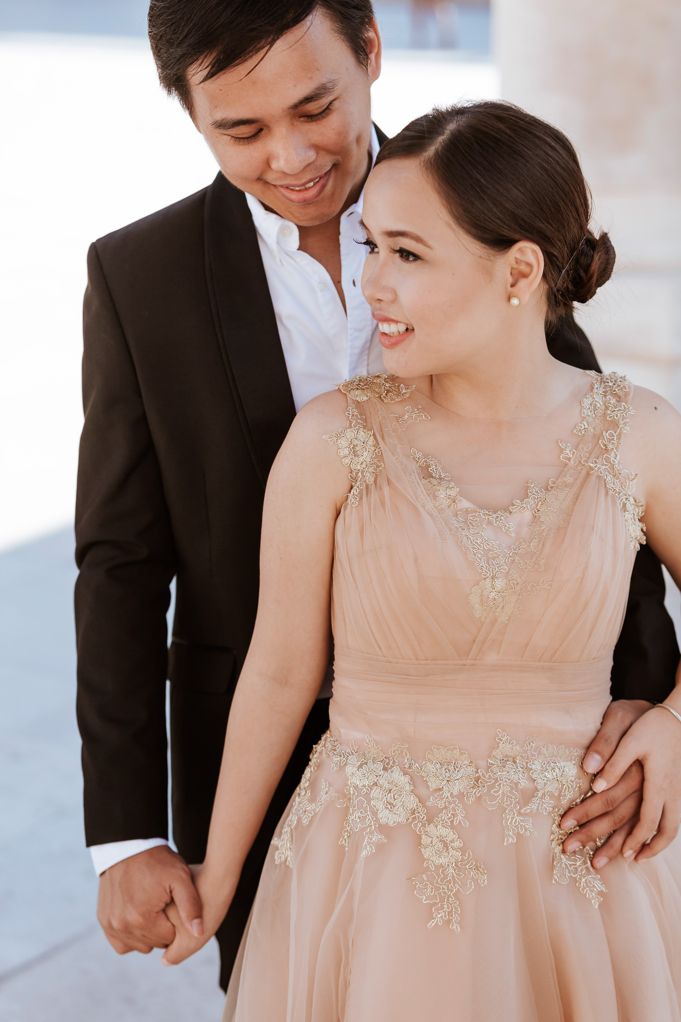Pre-wedding smiling couple portrait holding hands captured by Paris Photographer Federico Guendel