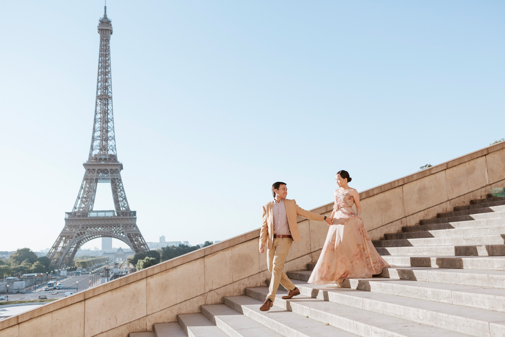 Pre-wedding couple portrait session walking the steps of Trocadero by the Eiffel Tower in sunrise captured by Photographer in Paris Federico Guendel