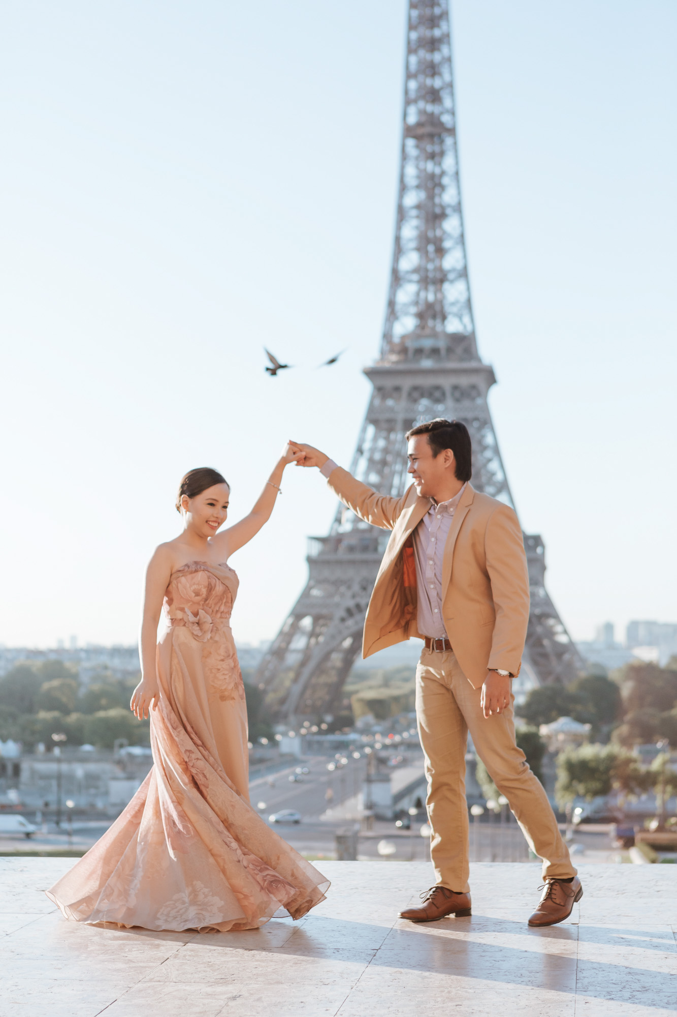 Pre-wedding couple portrait session dancing at Trocadero by the Eiffel Tower in sunrise captured by Photographer in Paris Federico Guendel
