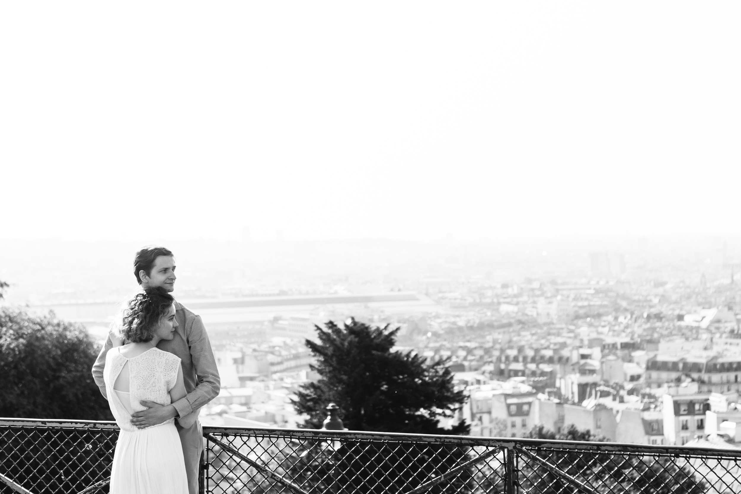 Black and white couple portrait with the view of Paris from Montmartre captured by Paris Photographer Federico Guendel IheartParisFr