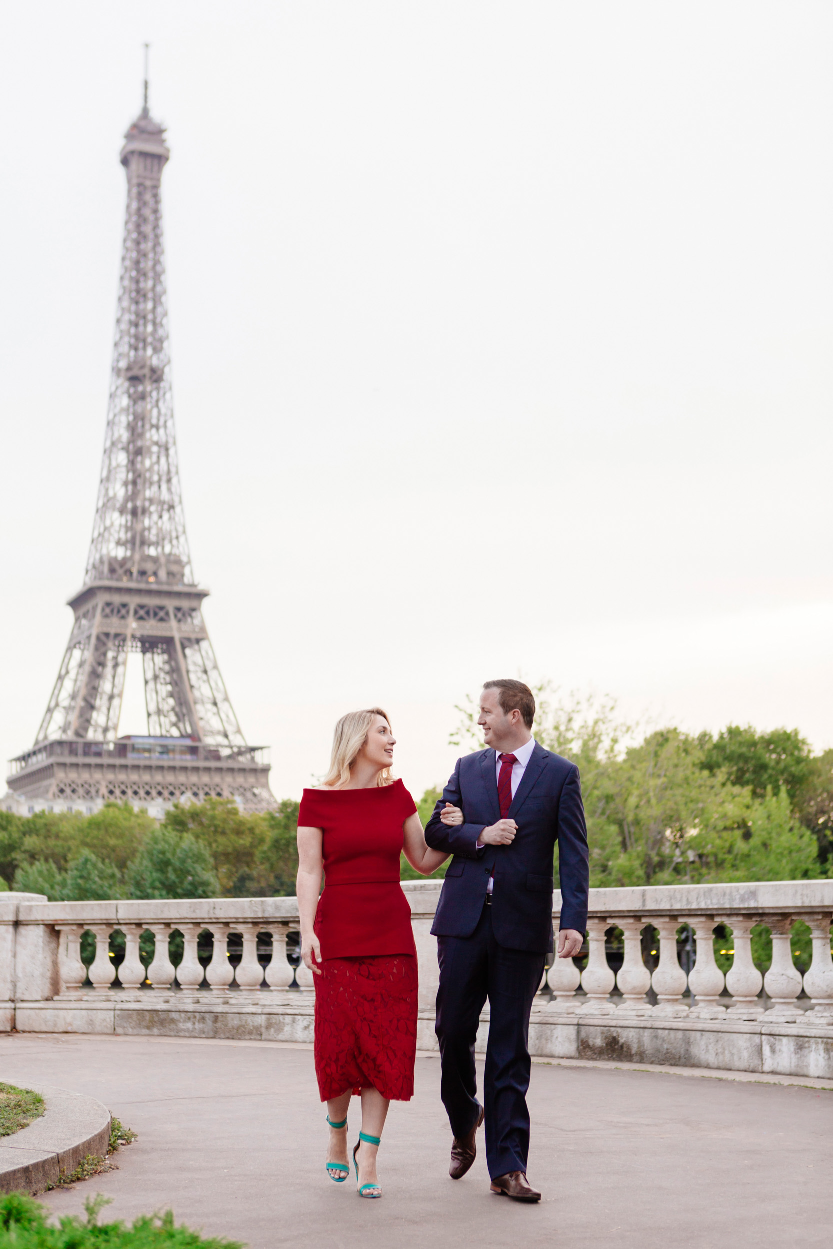 Romantic portrait of a couple at Pont Bir Hakeim with the view of the Eiffel Tower captured by Paris Photographer Federico Guendel www.iheartparis.fr