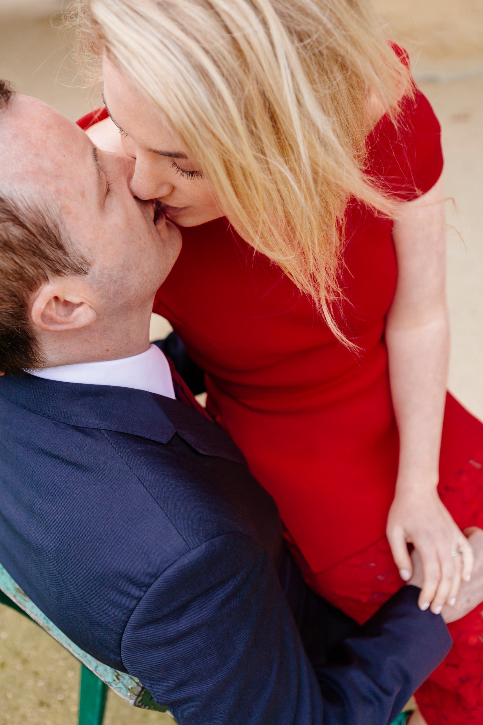 Romantic portrait of a couple kissing captured by Paris Photographer Federico Guendel www.iheartparis.fr