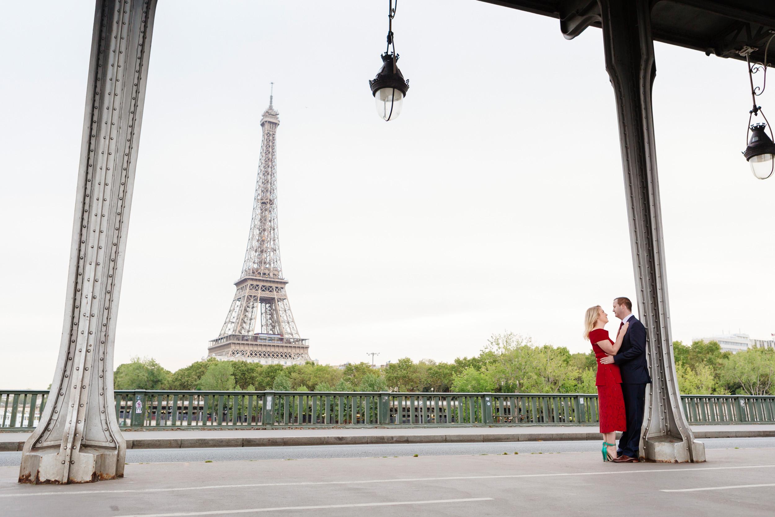 Romantic portrait of a couple hugging at bridge Bir Hakeim captured by Paris Photographer Federico Guendel www.iheartparis.fr