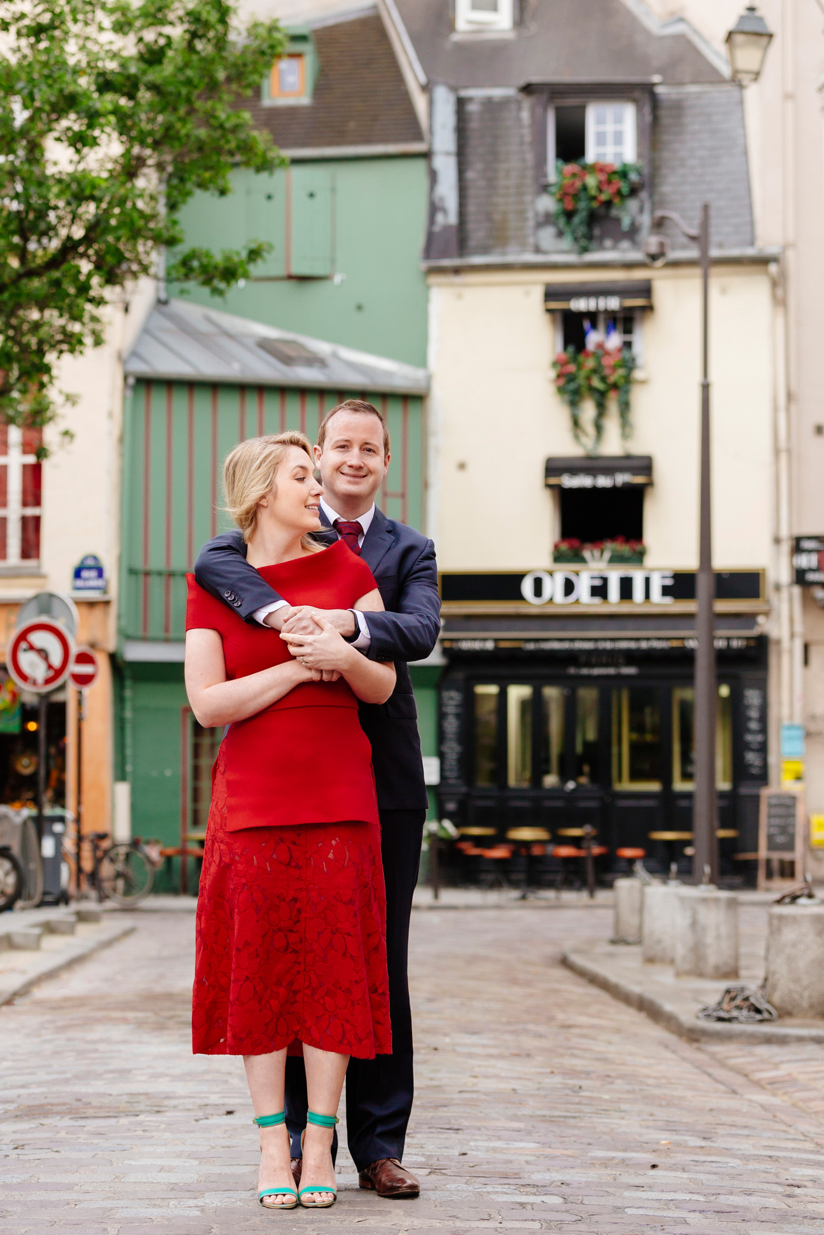 Romantic portrait of a couple hugging in front of cafe Odette in Saint Germain captured by Paris Photographer Federico Guendel www.iheartparis.fr