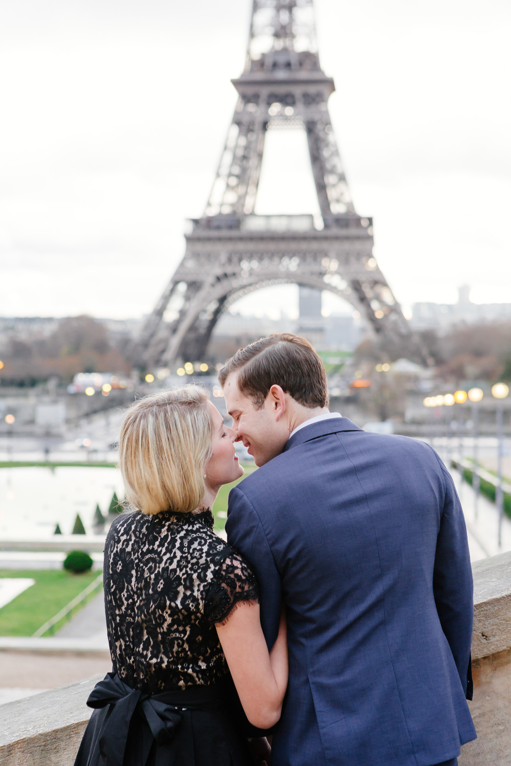 Paris vacation romantic couple portrait at Trocadero with the view of Eiffel Tower captured by Paris Photographer Federico Guendel www.iheartparis.fr