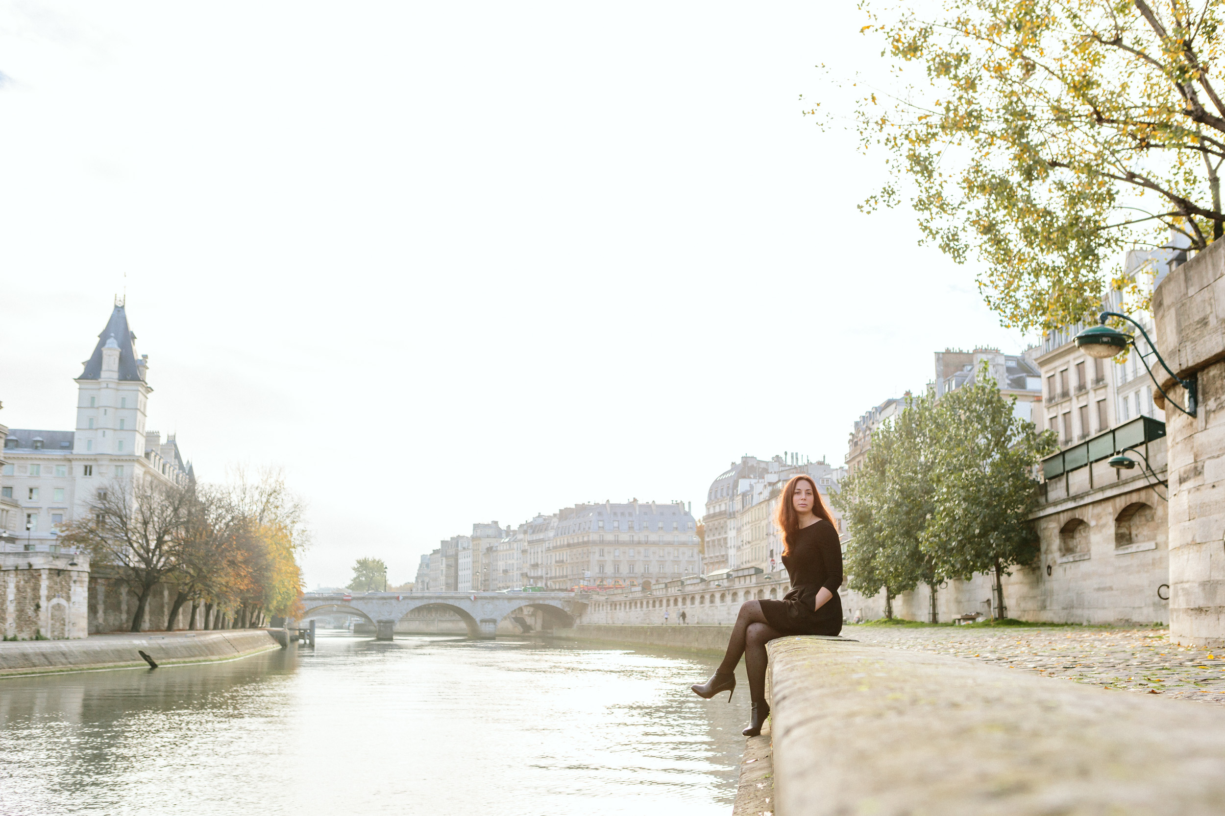 Portrait of Rebecca Plotnick founder of Every Day Parisian blog sitting by the Seine river captured by Paris Photographer Federico and Anastasia Guendel IheartParisFr TheFlyingPoodle