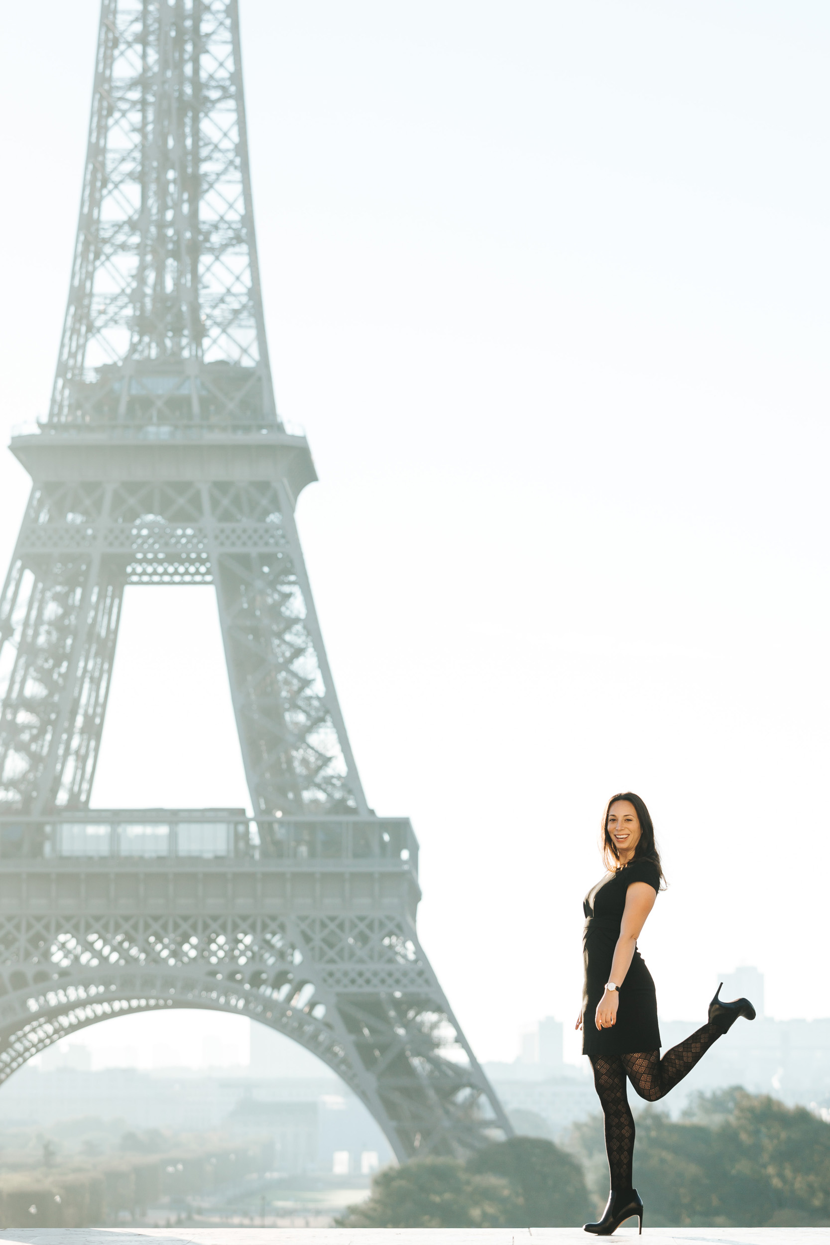 Black and white portrait of Rebecca Plotnick founder of Every Day Parisian blog at Trocadero with the view of the Eiffel Tower captured by Paris Photographer Federico and Anastasia Guendel IheartParisFr TheFlyingPoodle