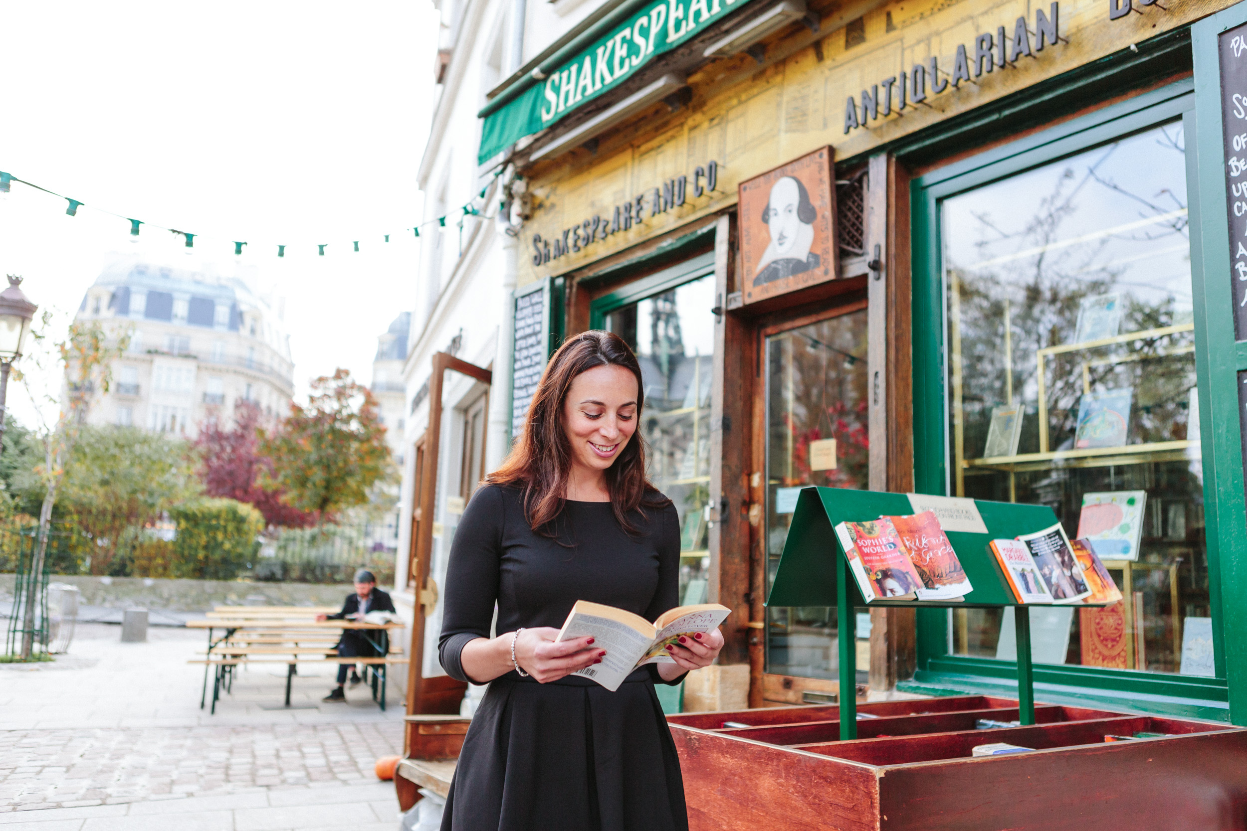 Portrait of Rebecca Plotnick founder of Every Day Parisian blog in front of Shakespeare and Co book store and cafe captured by Paris Photographer Federico and Anastasia Guendel IheartParisFr TheFlyingPoodle