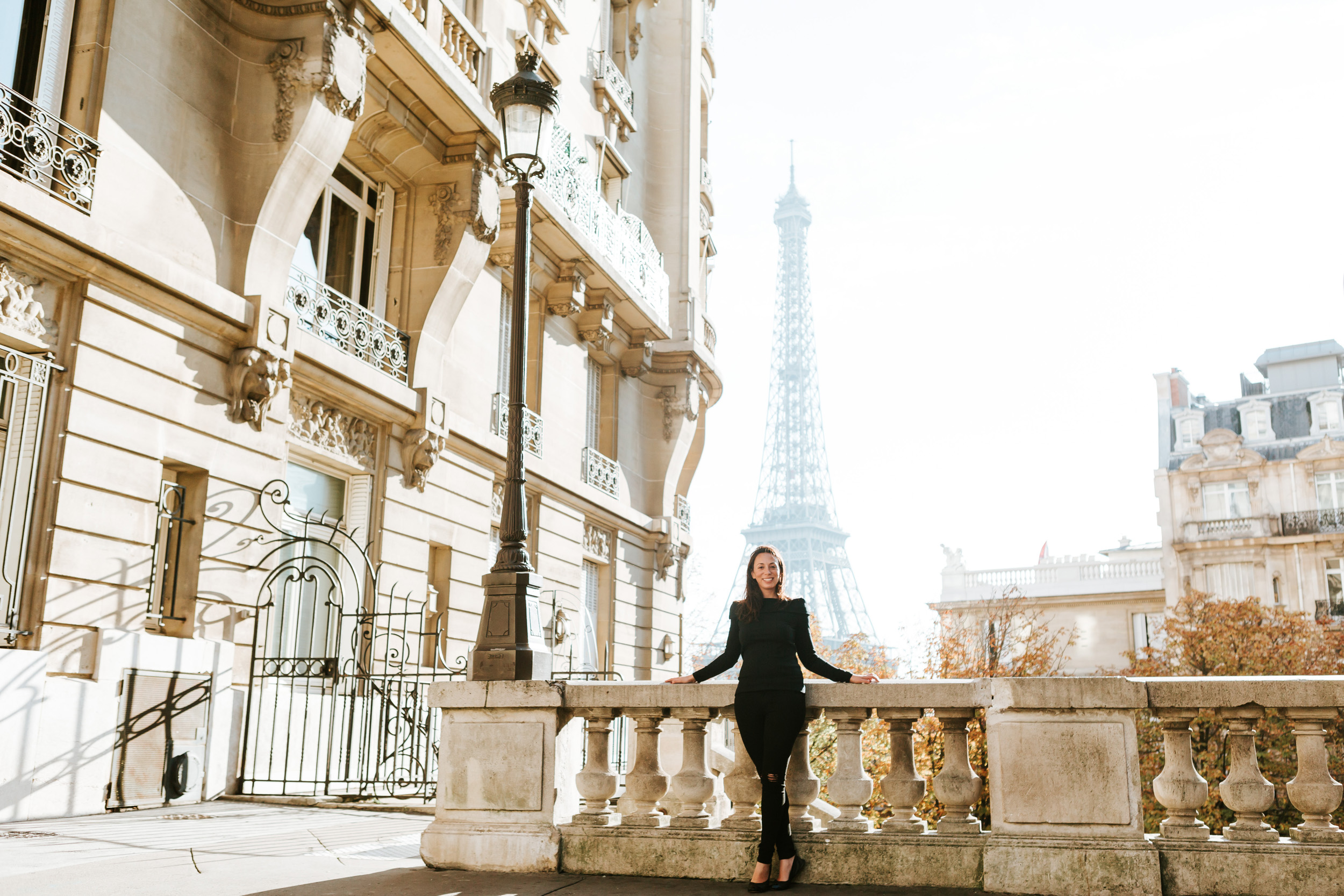 Portrait of Rebecca Plotnick founder of Every Day Parisian blog at Passy with the view of the Eiffel Tower captured by Paris Photographer Federico and Anastasia Guendel IheartParisFr TheFlyingPoodle