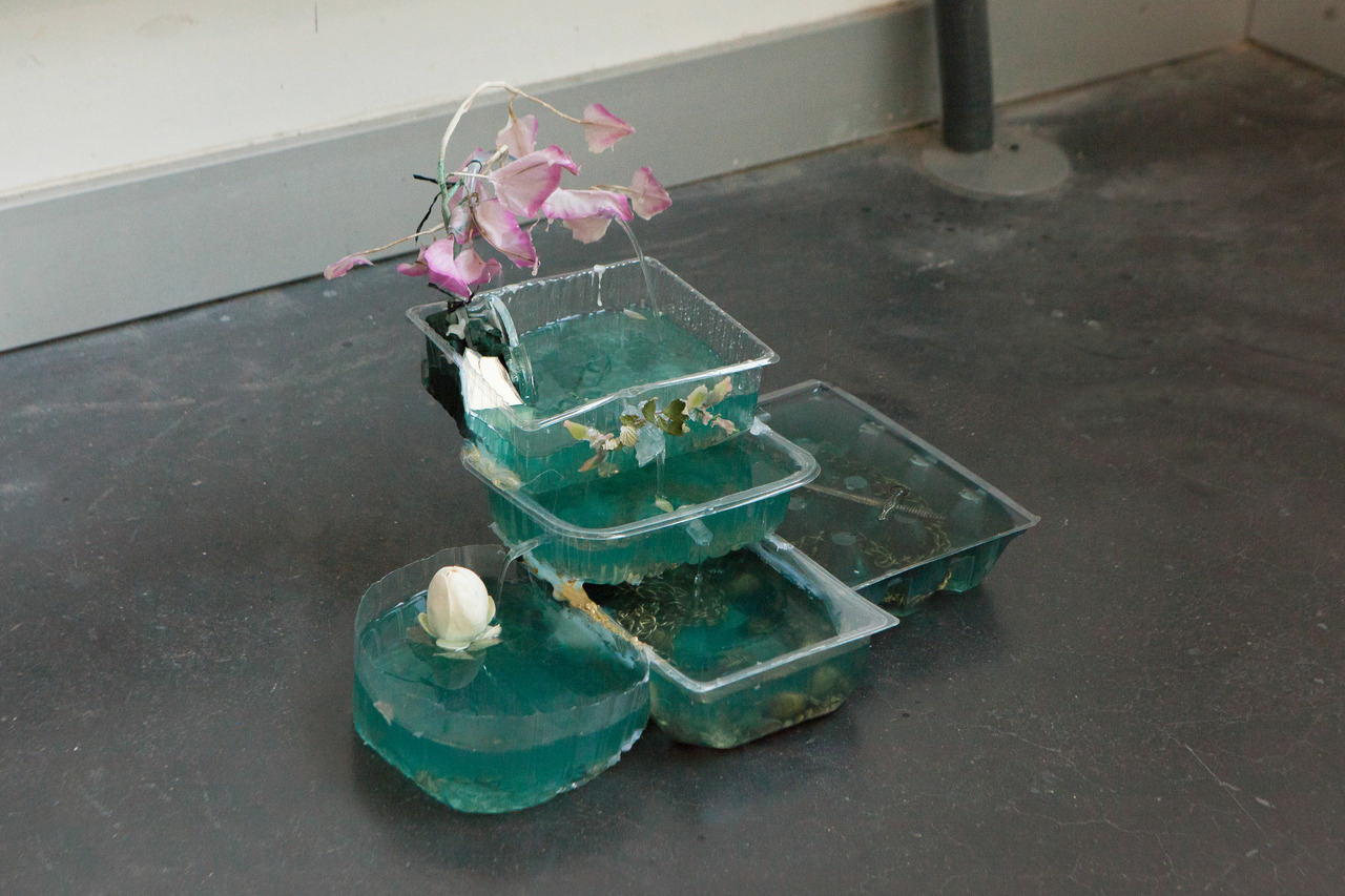 0 - Fuente verde, 43 x 30 x 32 cm, plastic, fake flowers, water, glass, 2019..jpg