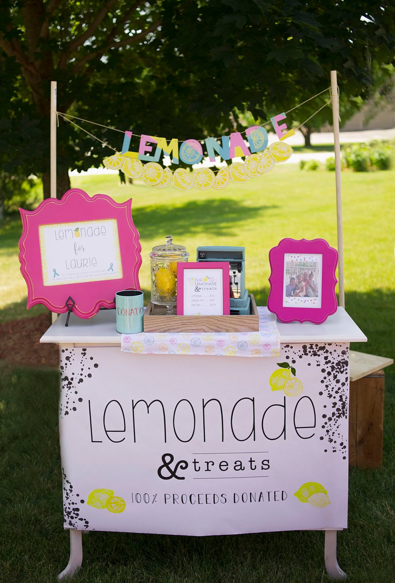 Isn't this the cutest lemonade stand you've ever seen!?
