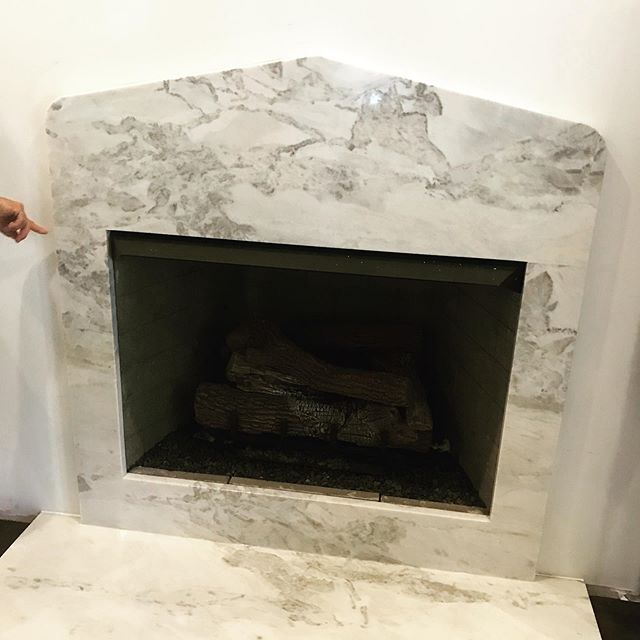 creme || de la creme #calcuttacrema  #millworkisnext #fireplacesurround #interiordesign #interiorarchitecture #interiorarchitectureanddesign #mcdinteriors #mcdinteriordesign #mcdinteriorarch #modernclassicdesign