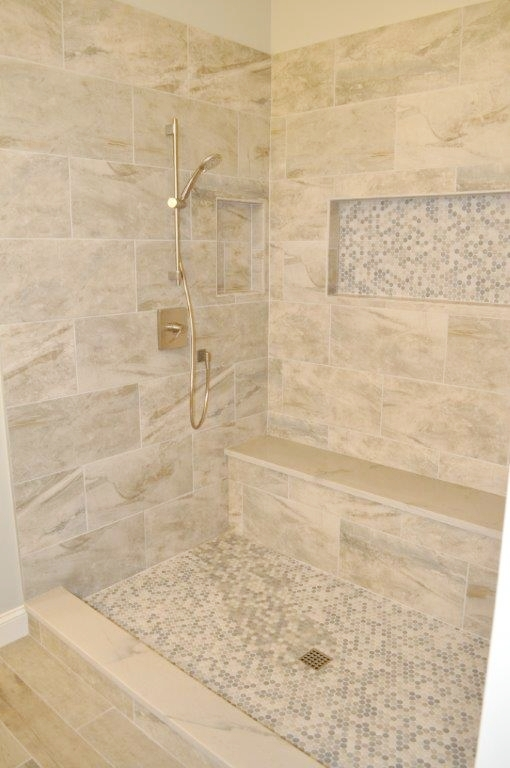 Shower with large niche