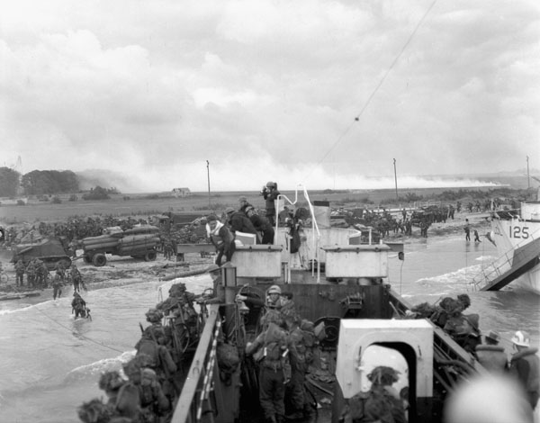 Infantrymen of the Highland Light Infantry of Canada aboard LCI(L) 306 of the 2nd Canadian (262nd RN) Flotilla on D-Day. The photographer standing in bows of landing craft is Lieutenant Gilbert A. Milne  Credit: LS Wallace McQuade / Canada. Dept. of National Defence / Library and Archives Canada / PA-137016