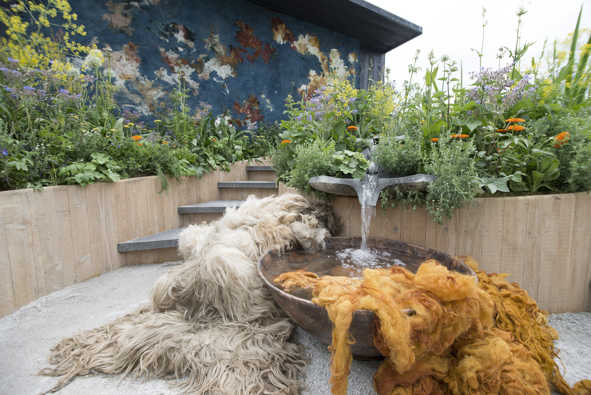 The AkzoNobel dyer's garden was awarded with a Silver-Gilt medal at the Chelsea Flower Show in 2016.