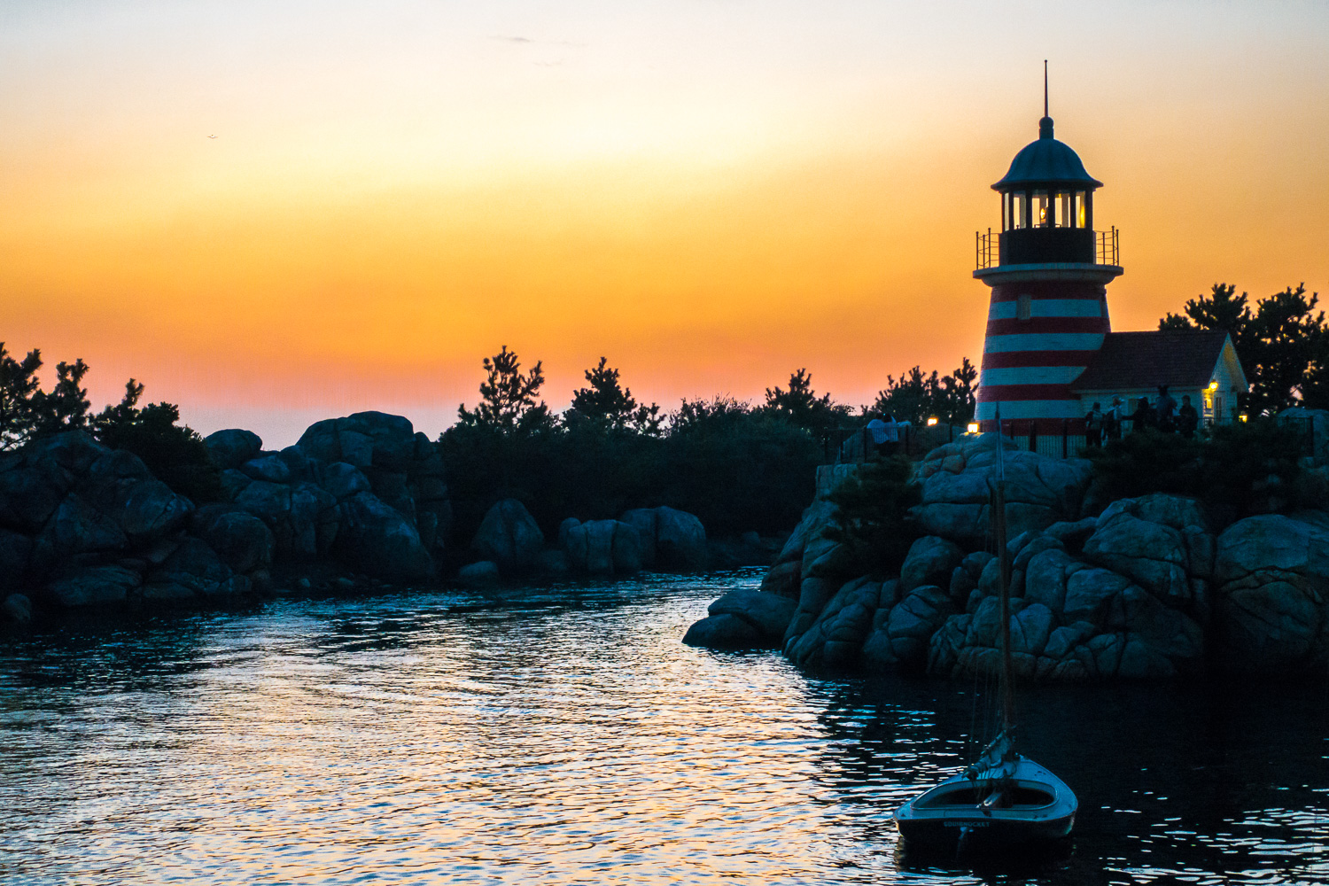 I was running to catch up with my family because I kept on stopping to take photos but I absolutely had to stop again for this sunset photo in DisneySea.