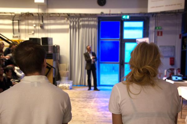 Publiken och xRays lyssnar uppmärksamt när kemiprofessor Ulf Ellervik föreläser.