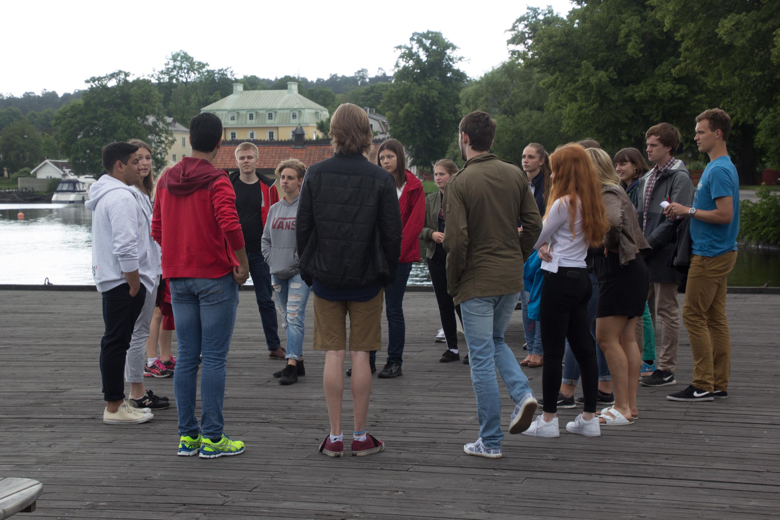 På Ångbåtsbryggan funderar eleverna på hur många medlemmar som finns i vårt alumninätvärk xRays.