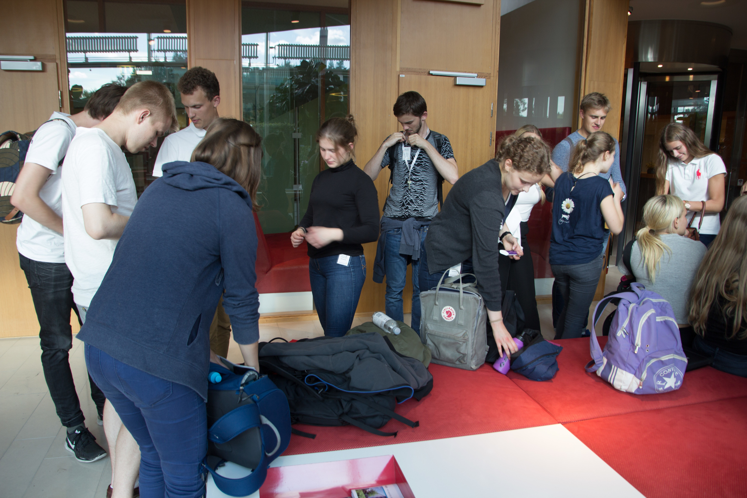 Eleverna utrustar sig med ID-kort inför besöket på AstraZeneca.
