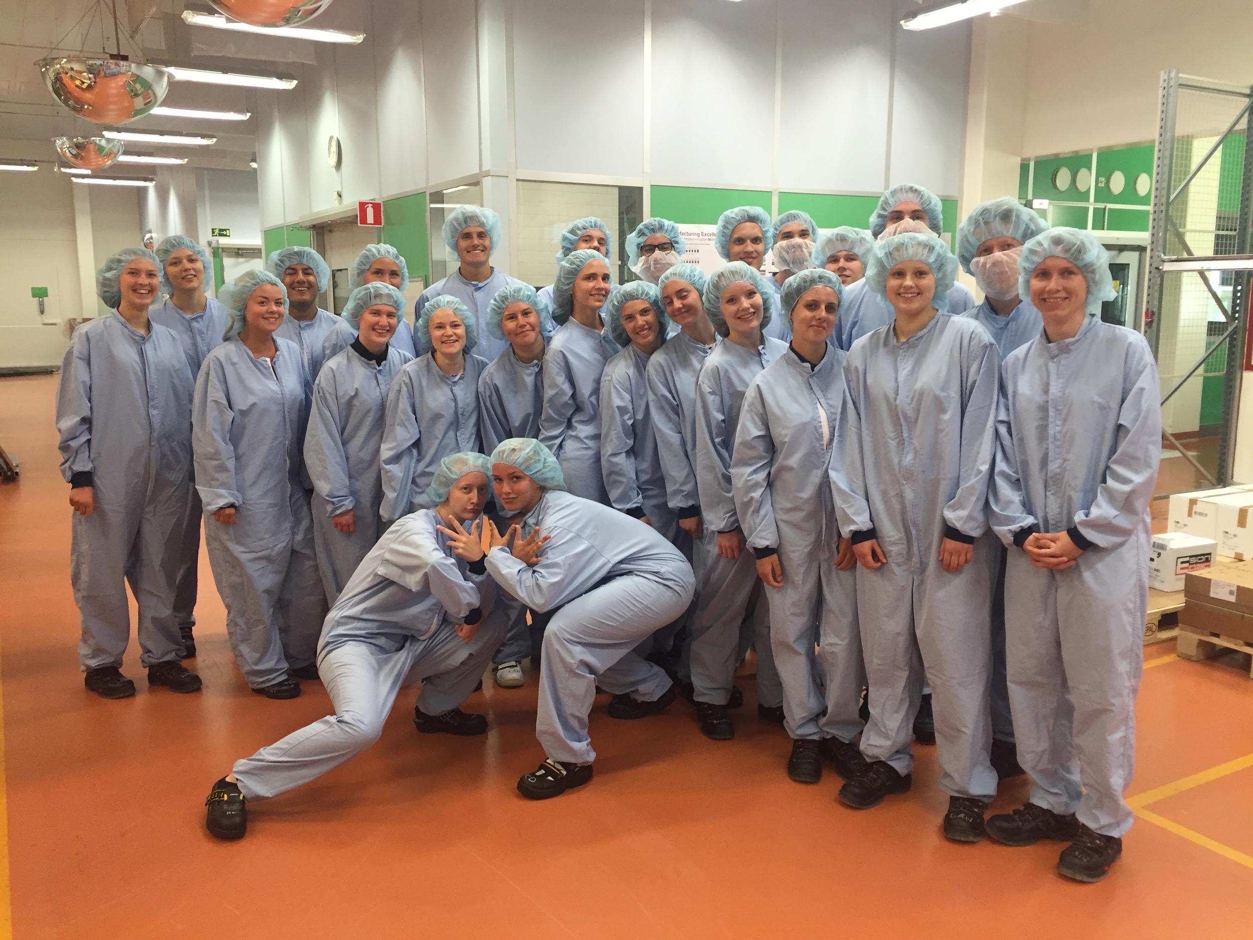 Inne i fabriken är det viktigt att det är rent, så hela gruppen fick klä på sig fina overaller.