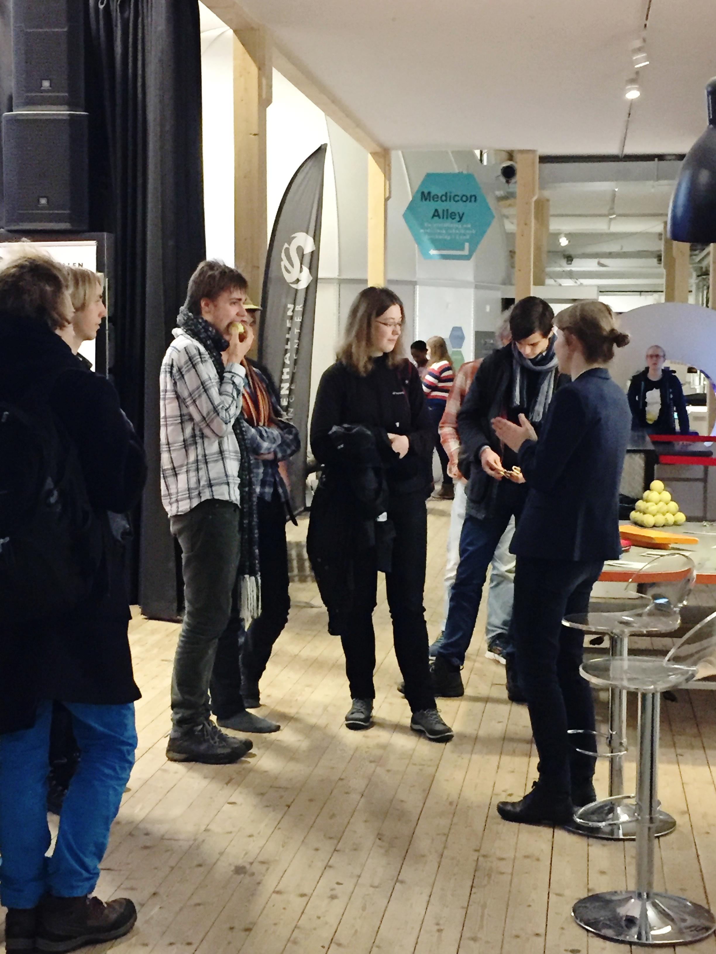 Anna Broms minglar med besökare