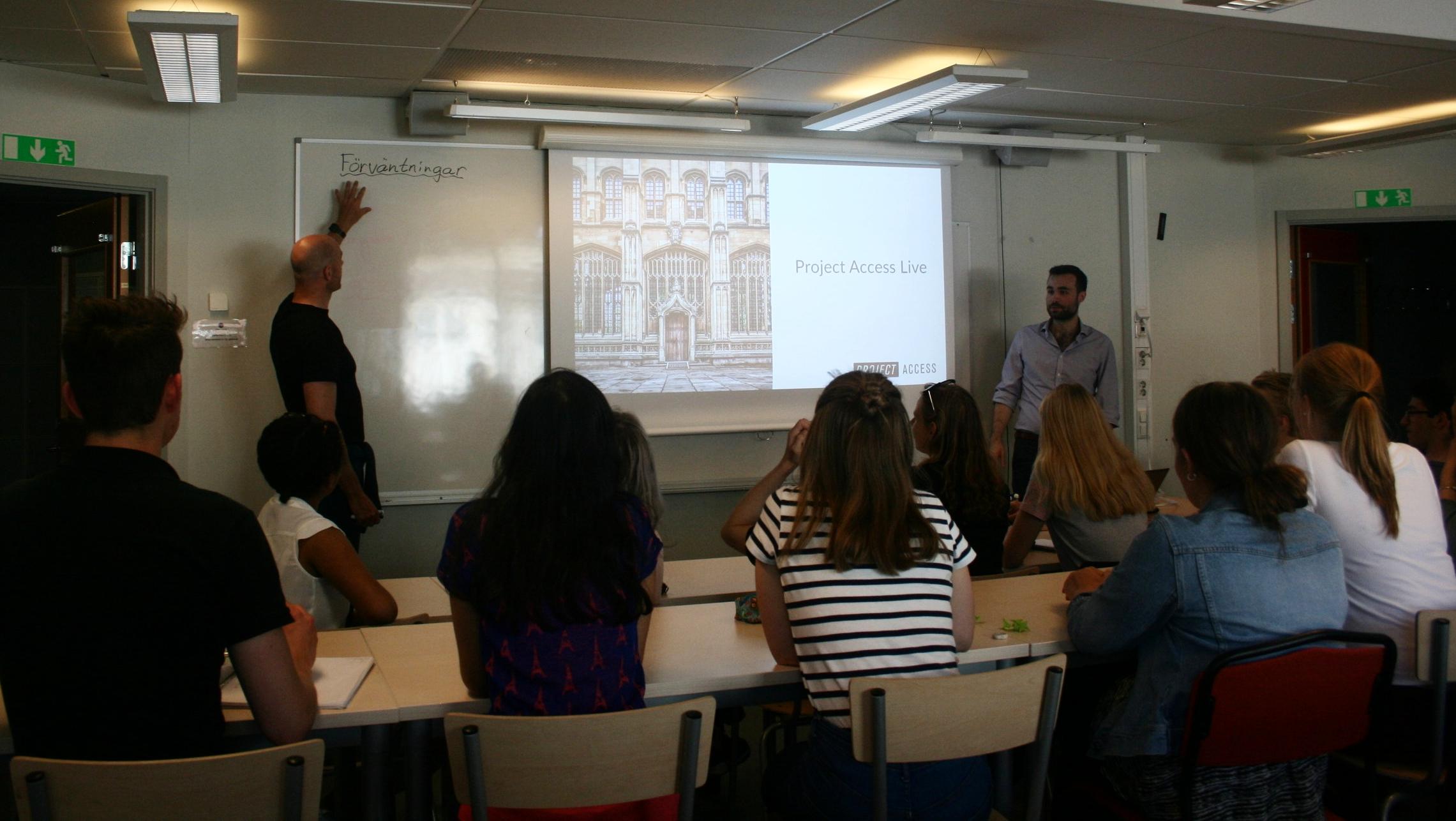 Martin Tiberg och Paul de Font-Reaulx berättar för eleverna om varför man ska plugga utomlands och hur man går tillväga.