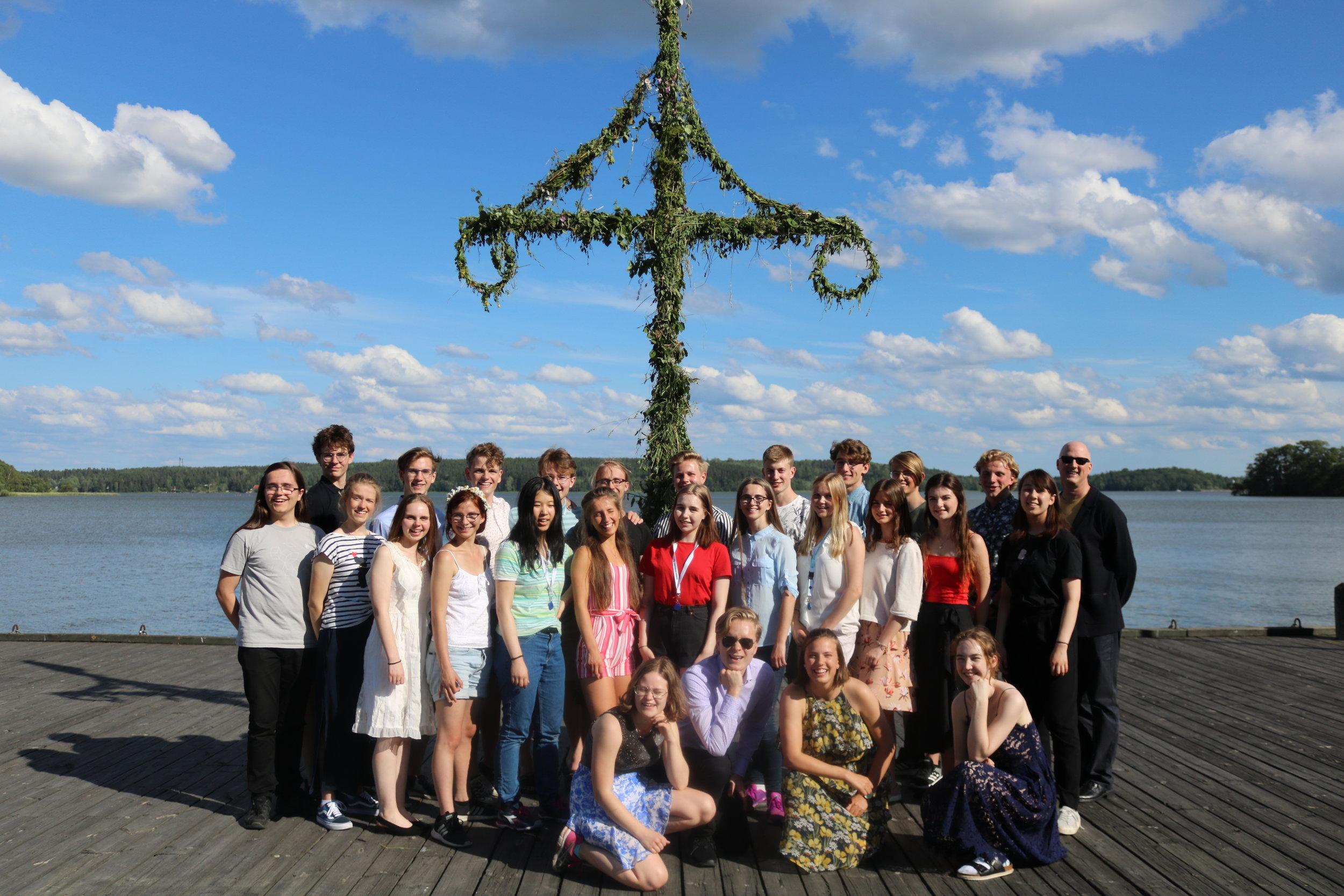 Årets elever och ledare samlade framför midsommarstången.
