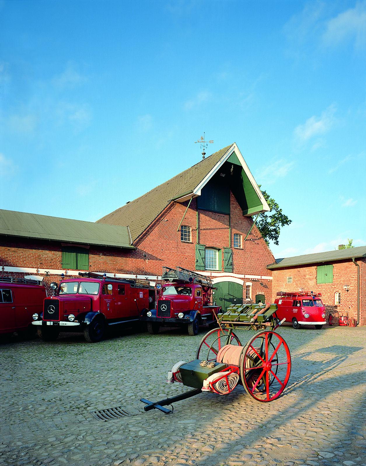 Museumshof mit historischen Feuerwehrfahrzeugen