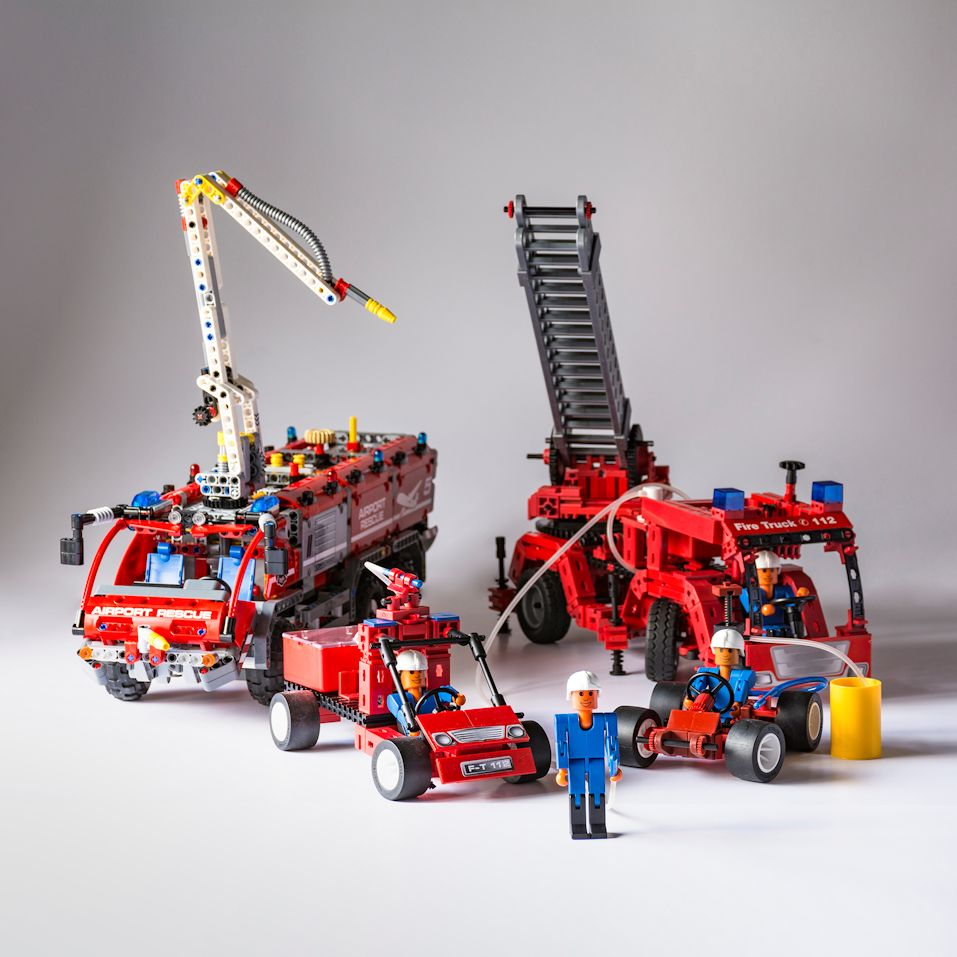 Feuerwehrfahrzeuge von fischertechnik und LEGO Technic.jpg