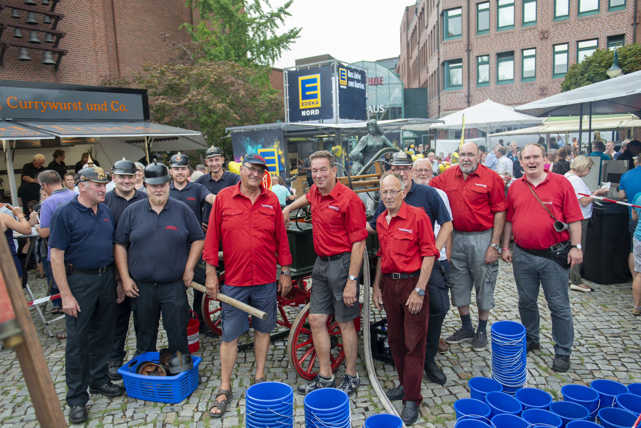 Gruppenfoto mit der Pumpmannschaft der FF Norderstedt und den ehrenamtlichen Helfern des Feuerwehrmuseums Schleswig-Holstein