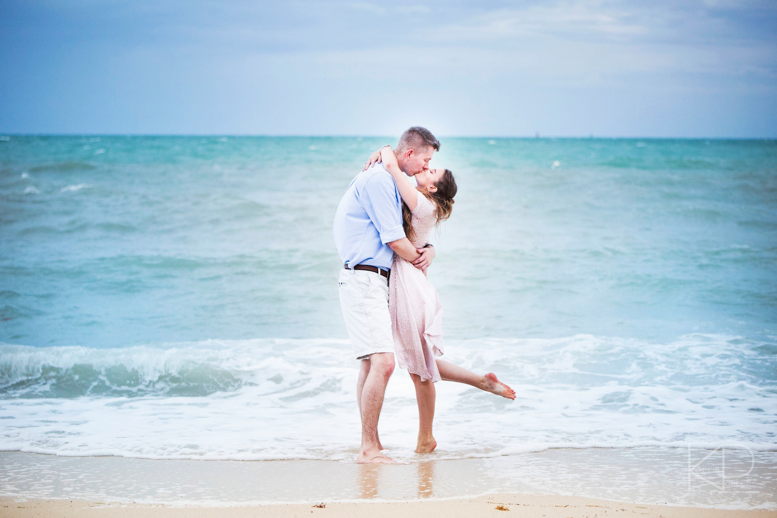 Engagement+Photographer+in+Key+West+captures+couples+portraits+on+the+beach.jpg