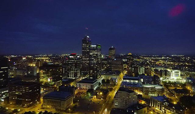 Ciudad. . . . . . #downtown #dawn #dusktilldawn #citylights #drone #droneshot #phantom #djiphantom4 #flying #traveling #instaindy #instacity #i dy #indy500 #instagram #redlight #skyline #sky #dronephotography #yellow #blue